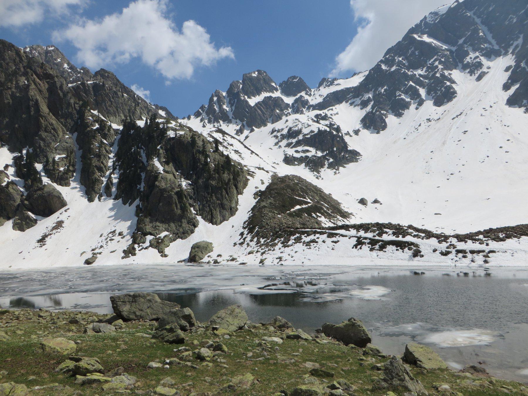 In fondo il Colletto di Valscura e di fronte il Lago Malinvern