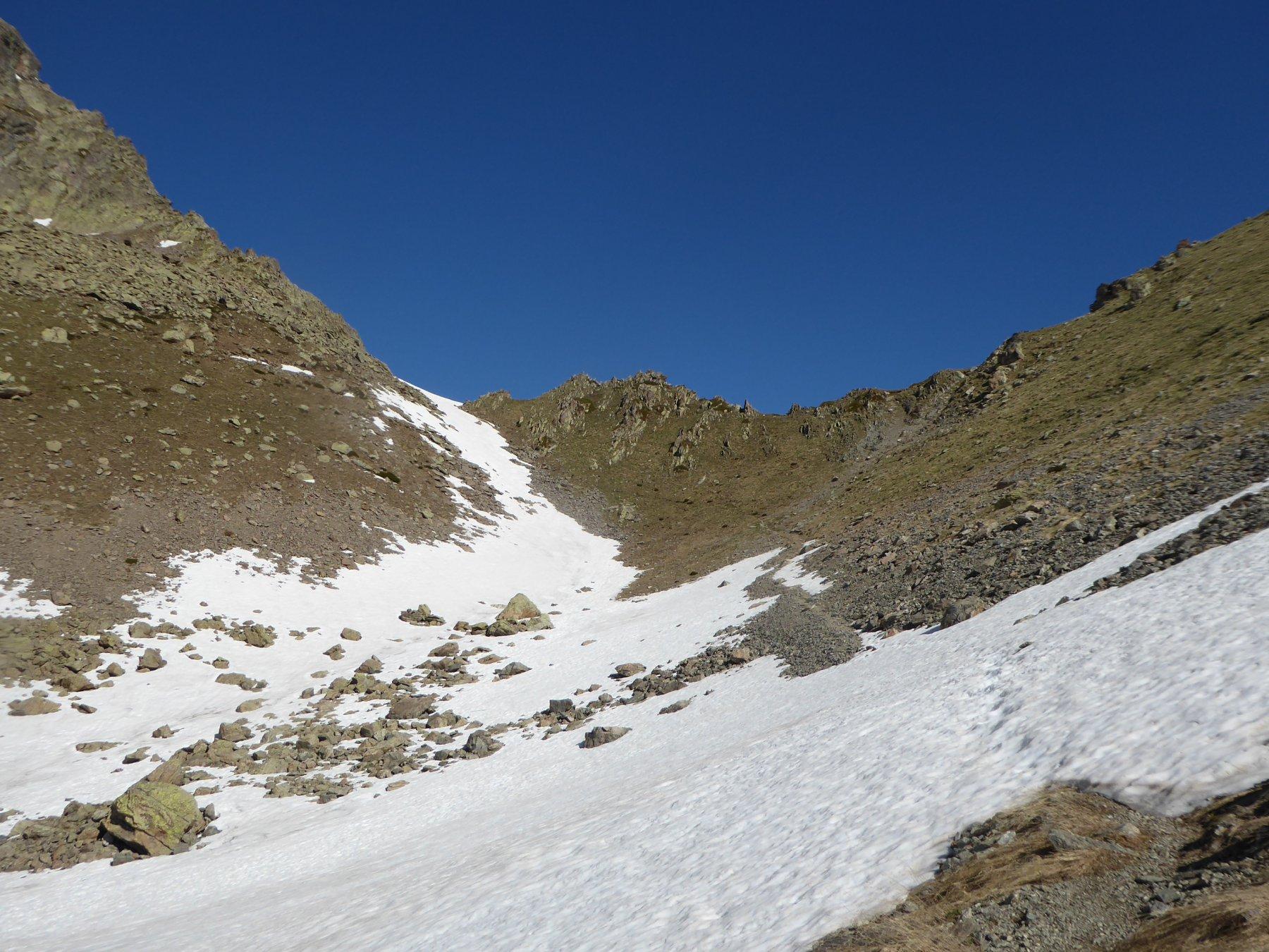 il Colle Laroussa sulla sinistra, i risalti rocciosi che conviene evitare alla sua destra