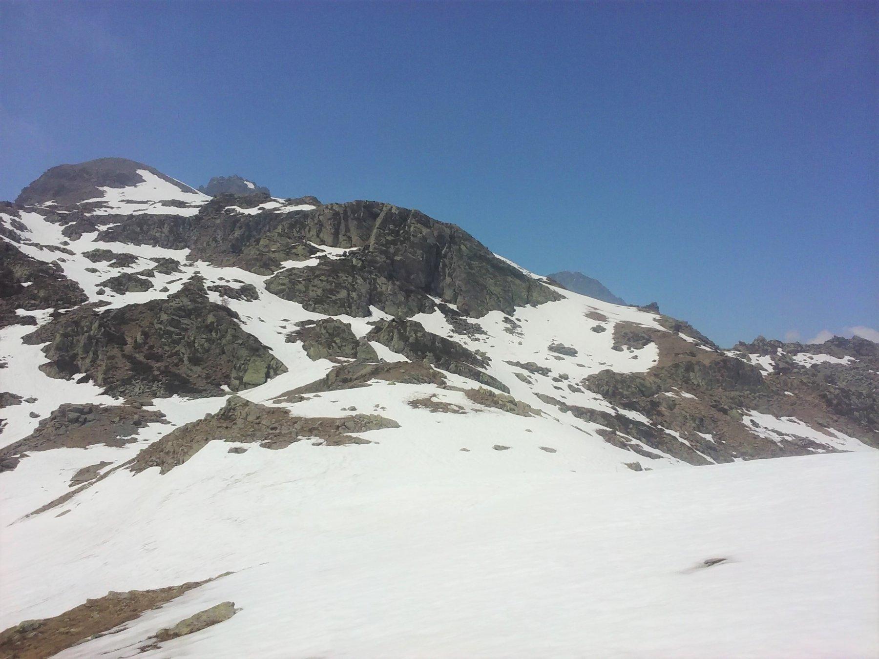 Il colle visto da Est, ancora sommerso dalla neve.