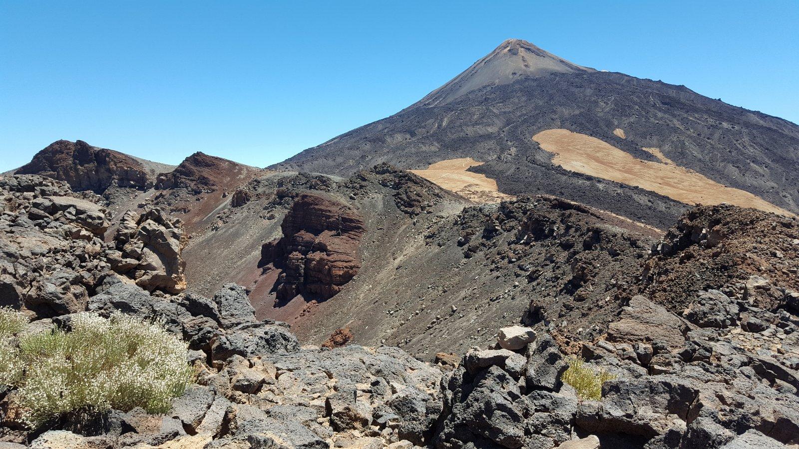 Dal bordo del cratere, a sx il Pico Viejo e in fondo il Teide.
