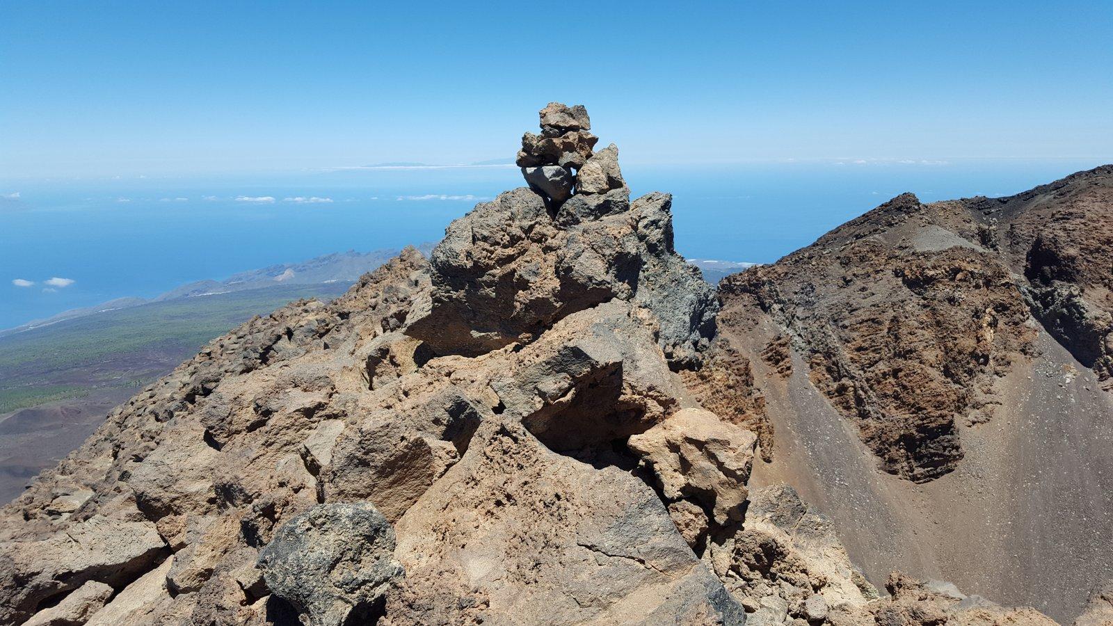 Ometto sulla seconda cima del Pico Sur, a dx il cratere precipita verticalmente
