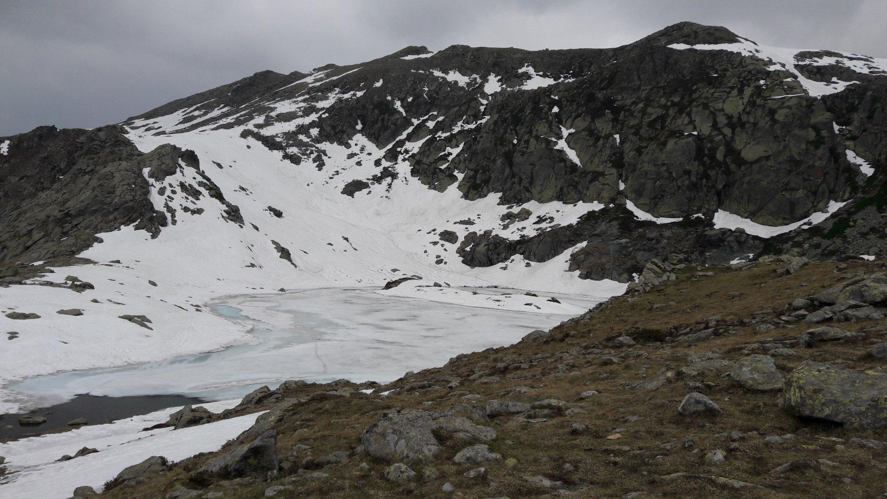 Il lago di Viana ancora gelato