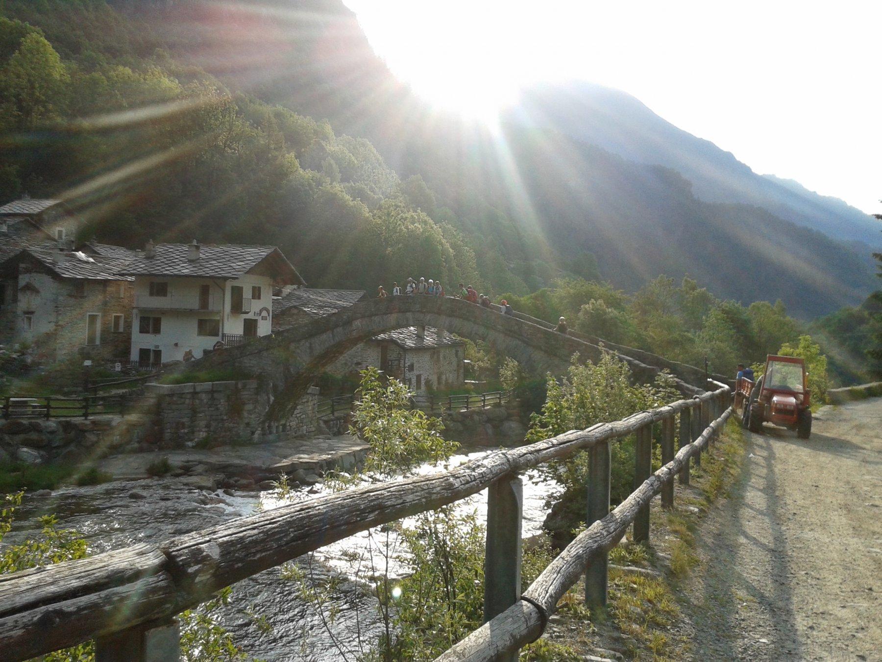 si parte da Fondo Valchiusella con l'antico ponte in pietra