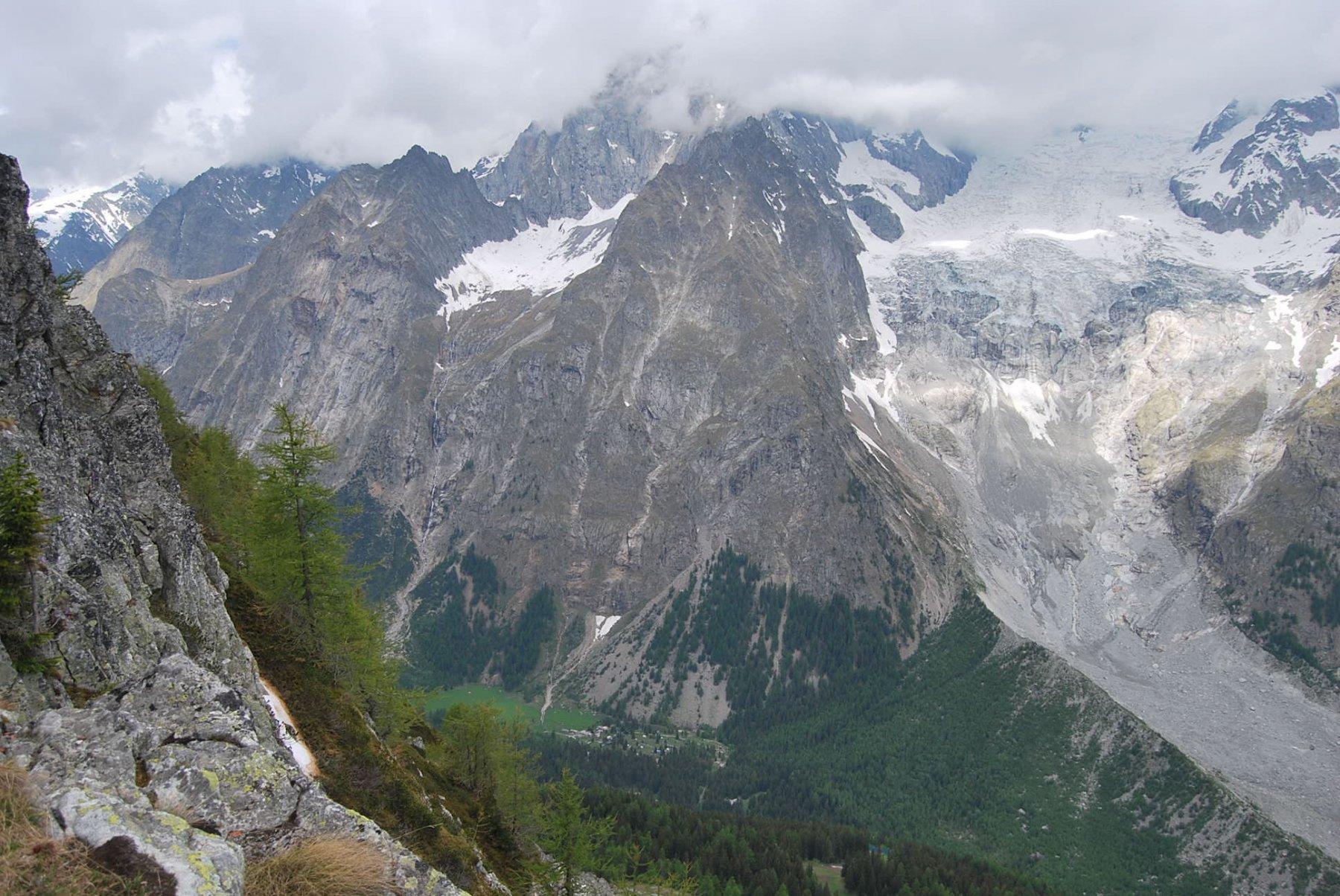 Dalla vetta: La Brenva e il Fauteuil des Allemand, col Rifugio Borrelli, con visibilità già compromessa