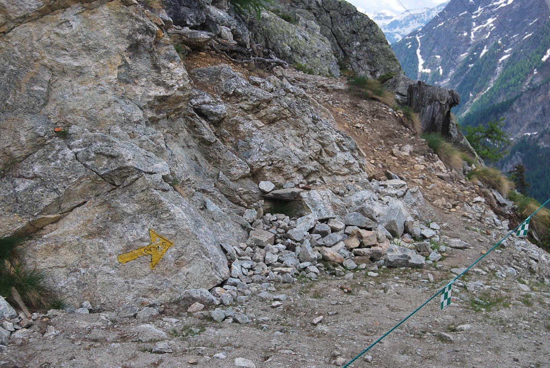 Lo stacco del sentiero 5 proprio sotto l'arrivo della seggiovia Courba Dzeleuna