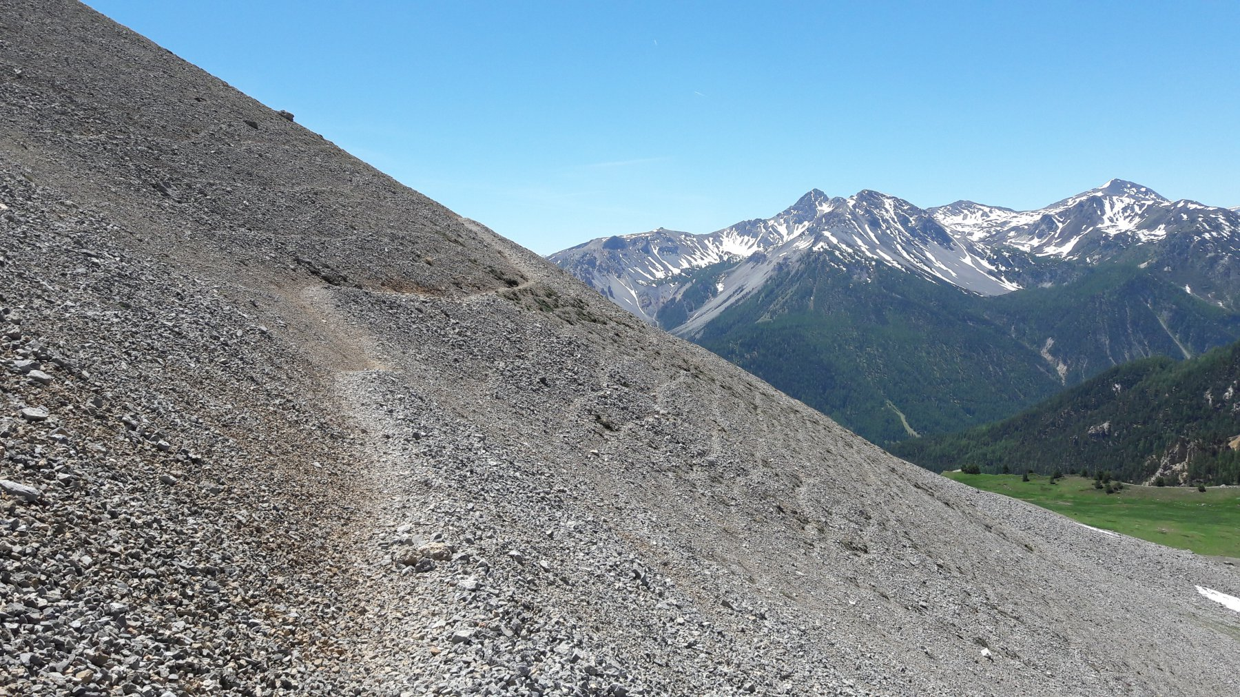 Sentiero a mezza costa sul fianco della montagna, molto ben tracciato