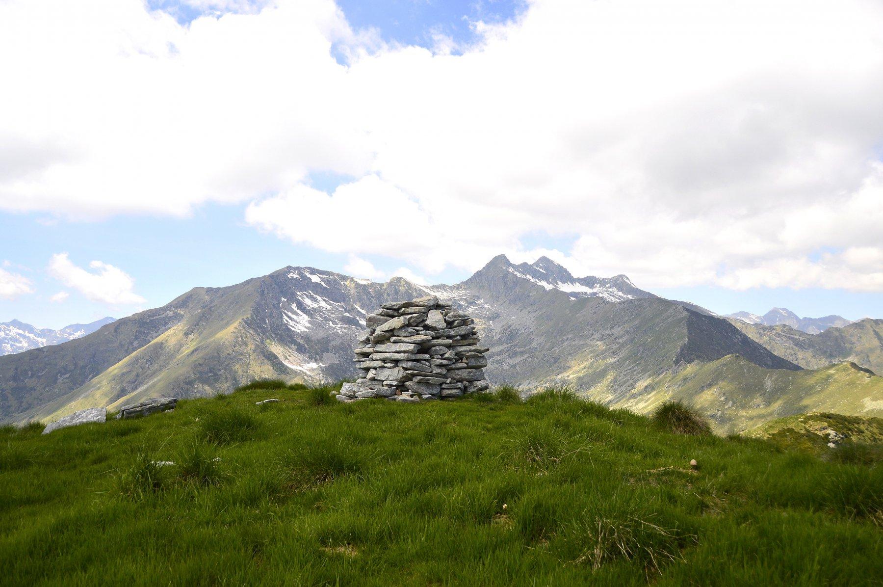 Vetta (sullo sfondo da sx punta del Cravile, Cima d'Ala, Punta del Manzo e monte Bo)