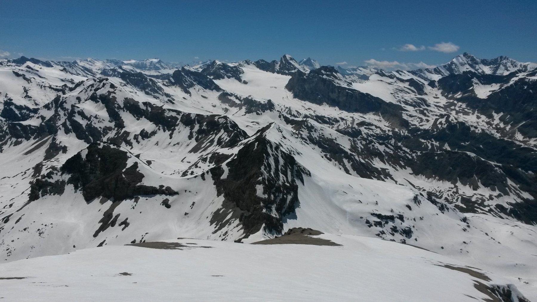 In discesa dal plateau sommitale con quasi tutte le cime del bacino del Benevolo sullo sfondo