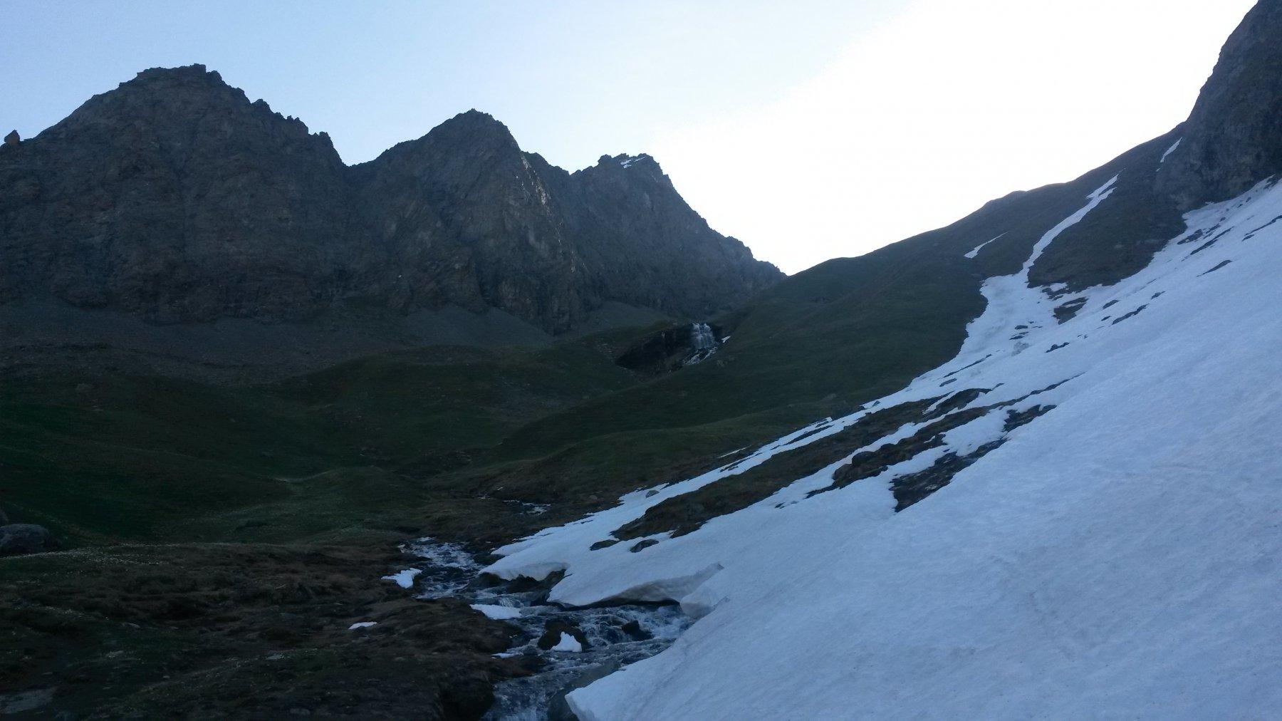 Prime lingue di neve sotto la cascata (quota 2400-2500)