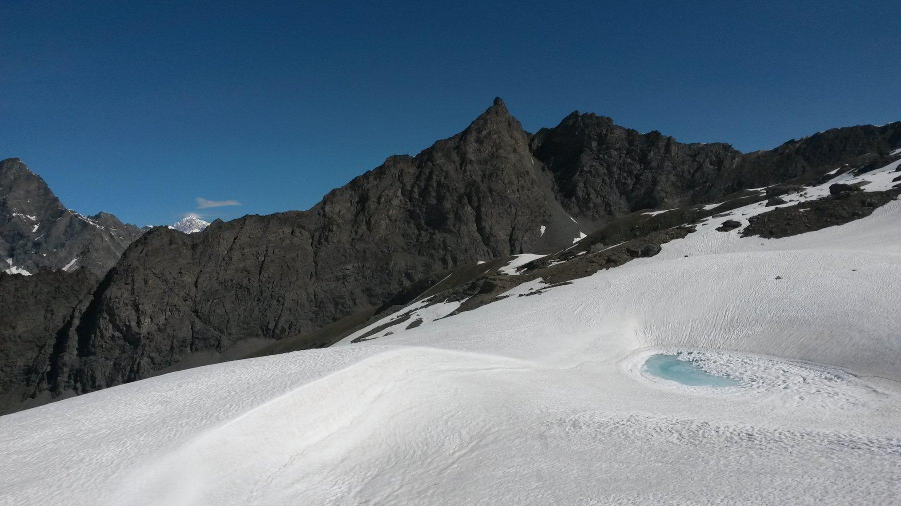 Primo laghetto di fusione con il Monte Bianco che spunta fra le rocce