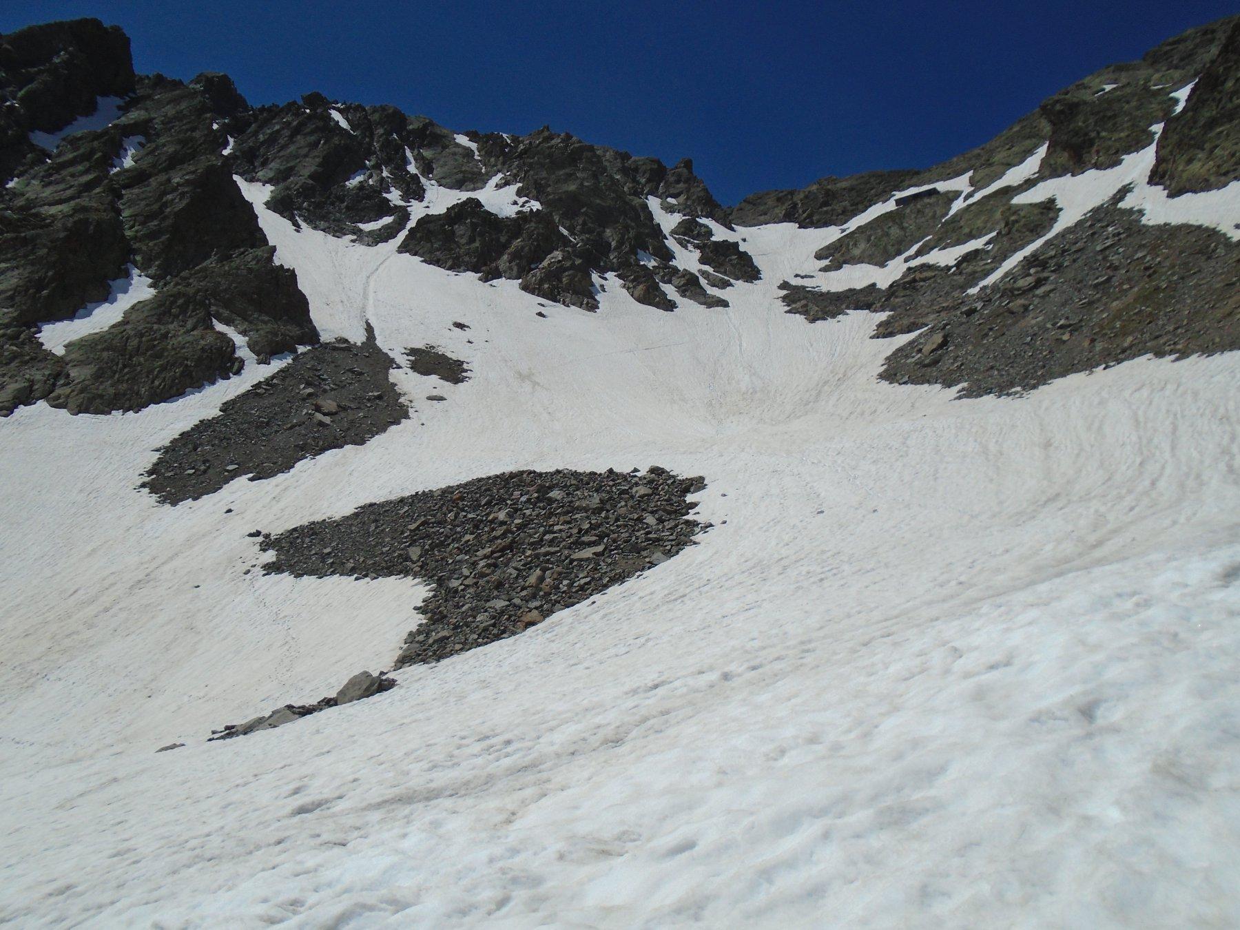 A dx Passo Tenibres (casermetta), a sx il canale nord alto