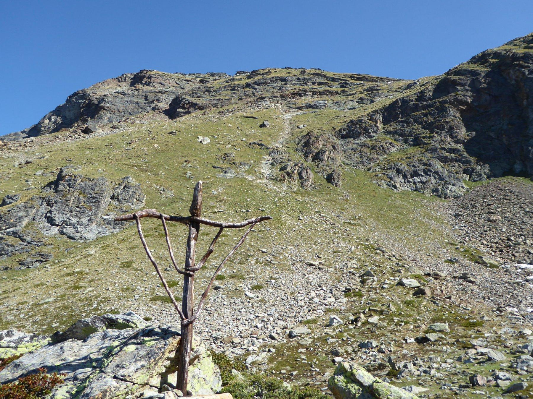 il crocefisso in legno a 2330 metri e lassù la Viou
