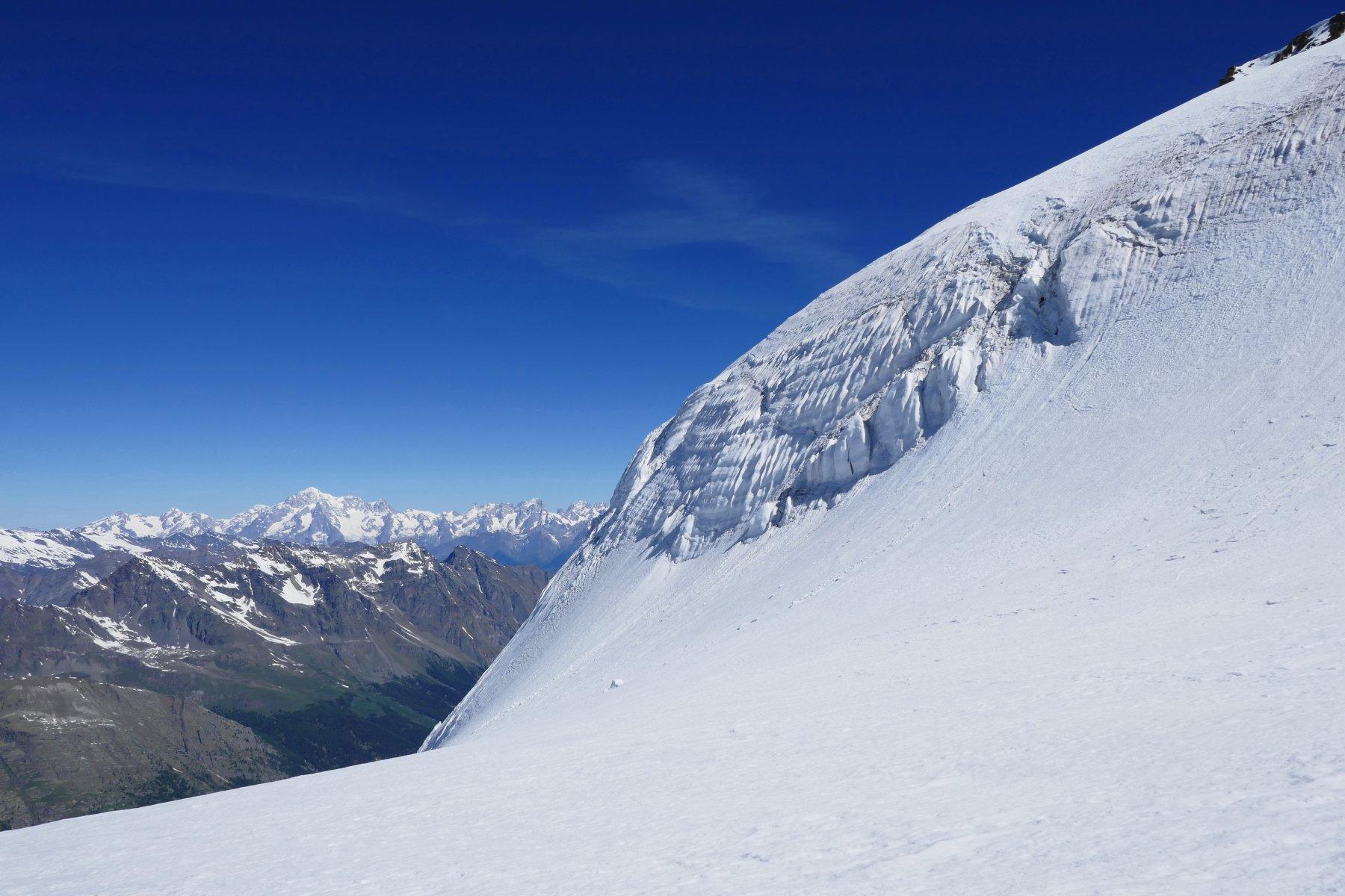 Seracco nel ghiacciaio del Gran Paradiso, sullo sfondo la mole del Monte Bianco
