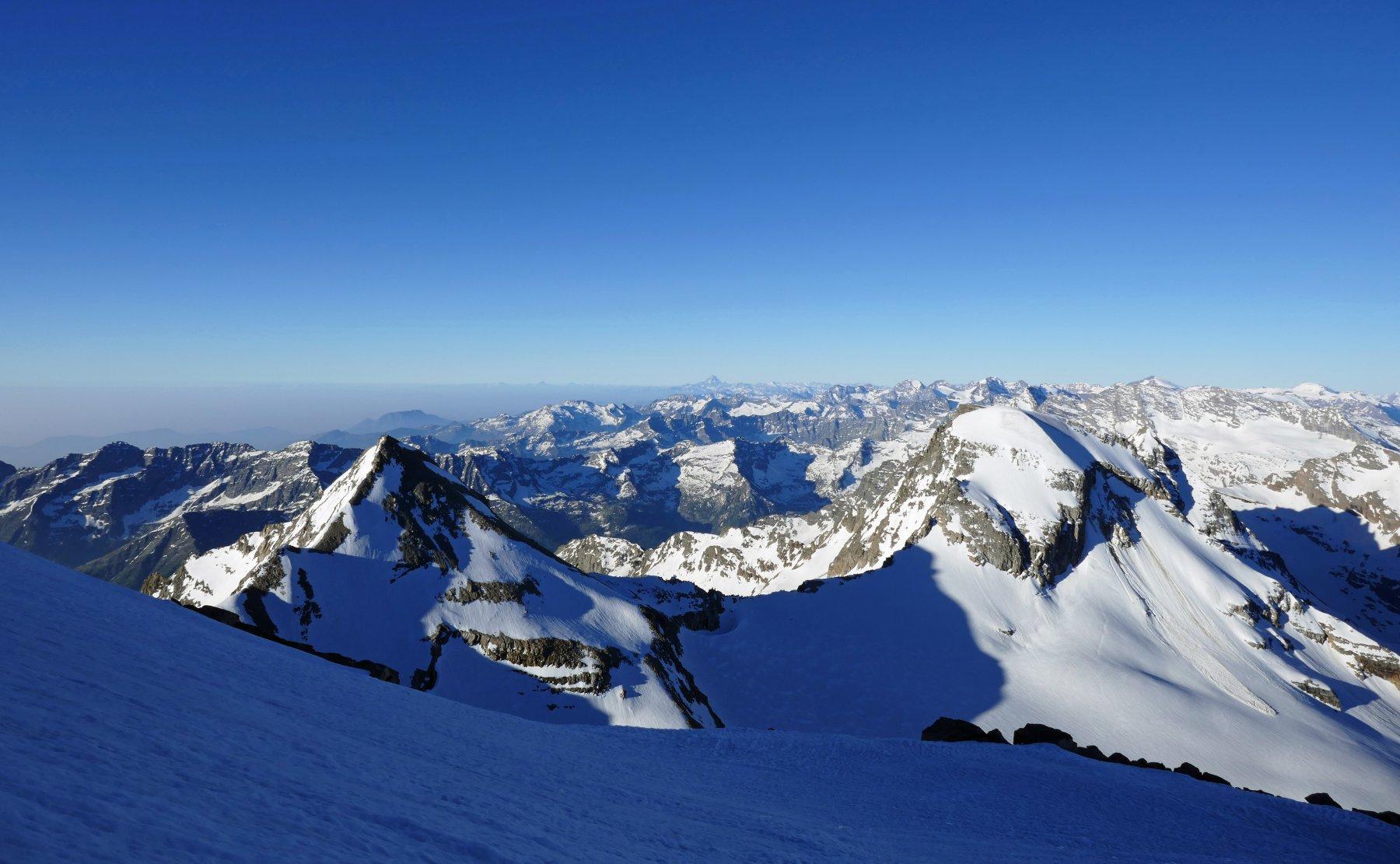 Durante la salita la vista si apre sulla Tresenta, Ciarforon, valli di Lanzo e all' orizzonte il Viso