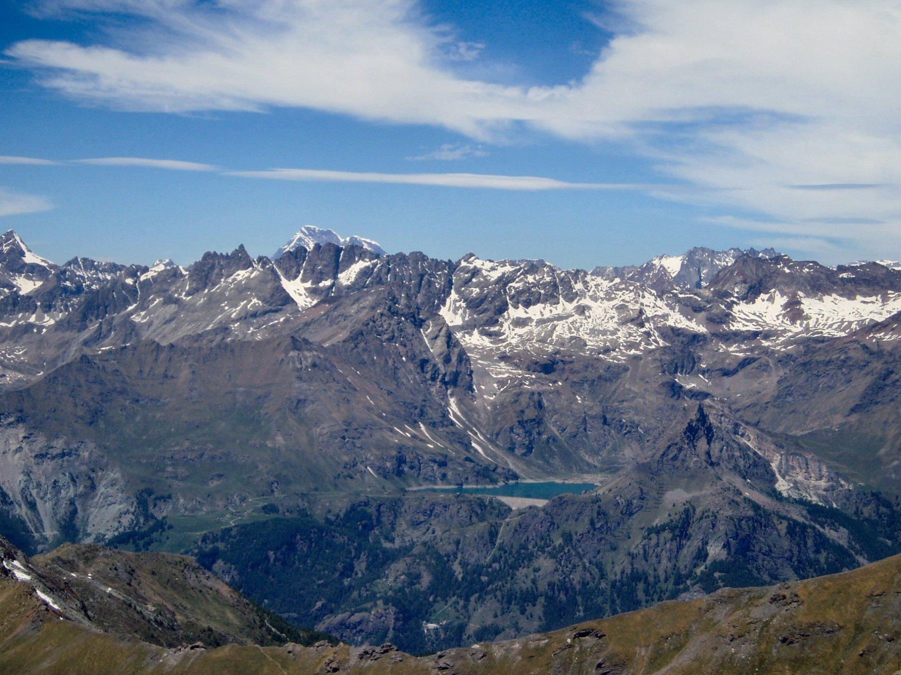 Panorama della valle con Lago di Cignana e, lontano, Gran Cmbin.