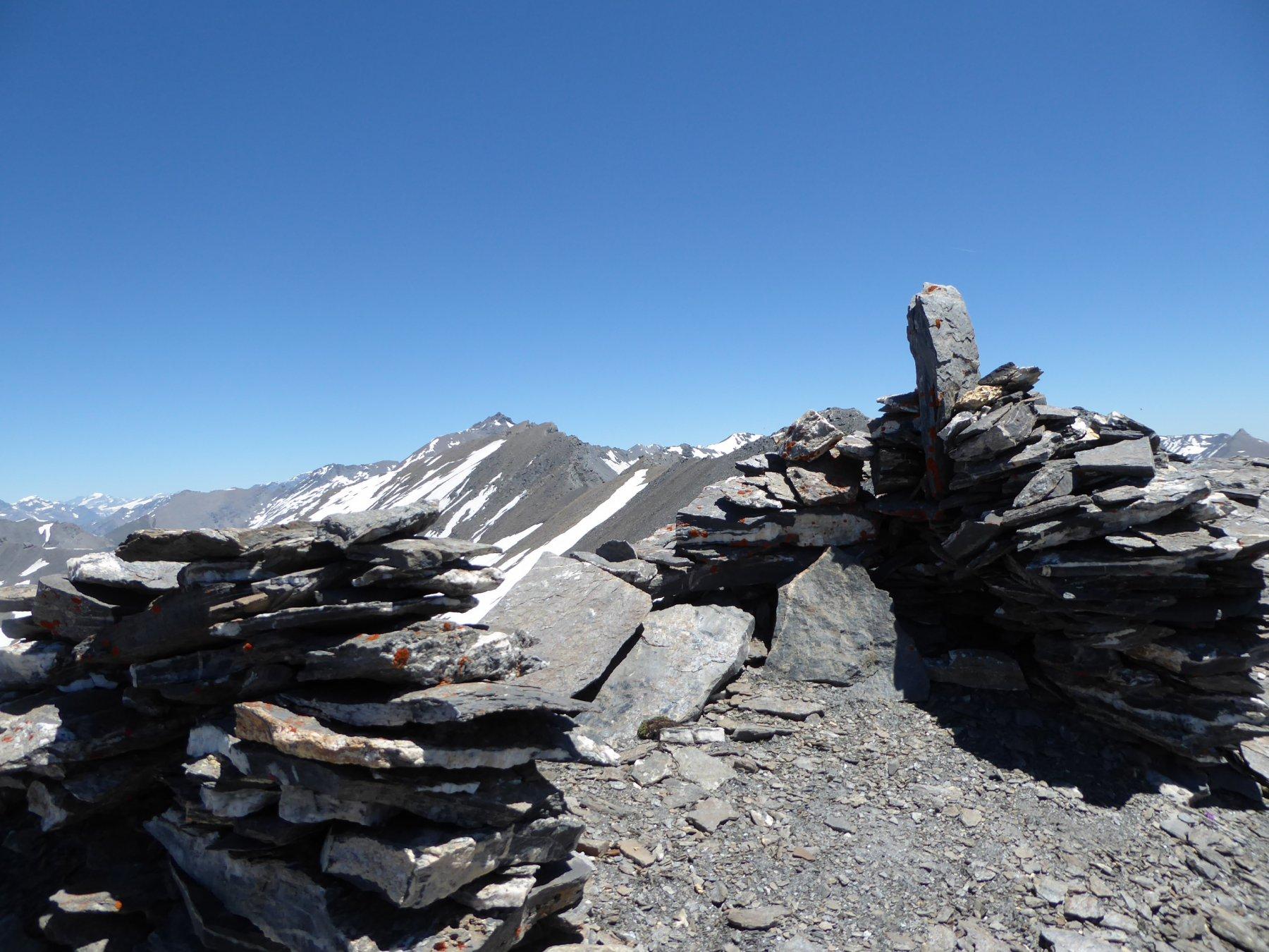 dall'ometto del primo dentino della Cote Traversiere (3015 m circa) si vede il lungo cammino che rimane da percorrere, fino alla Bagnà (a destra dell'aguzza Pieree Menue)