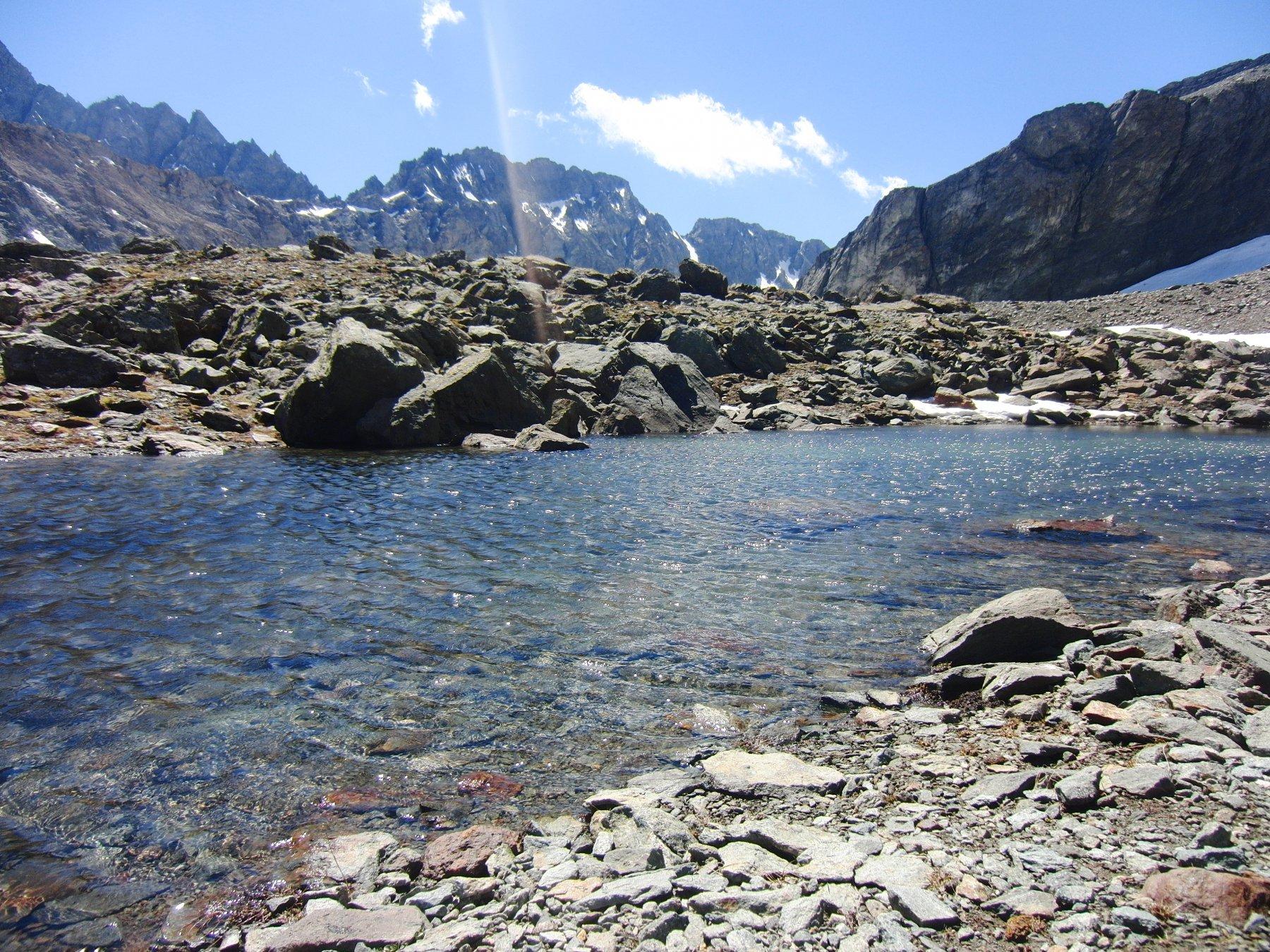 Piccolo lago sotto il ghiacciaio
