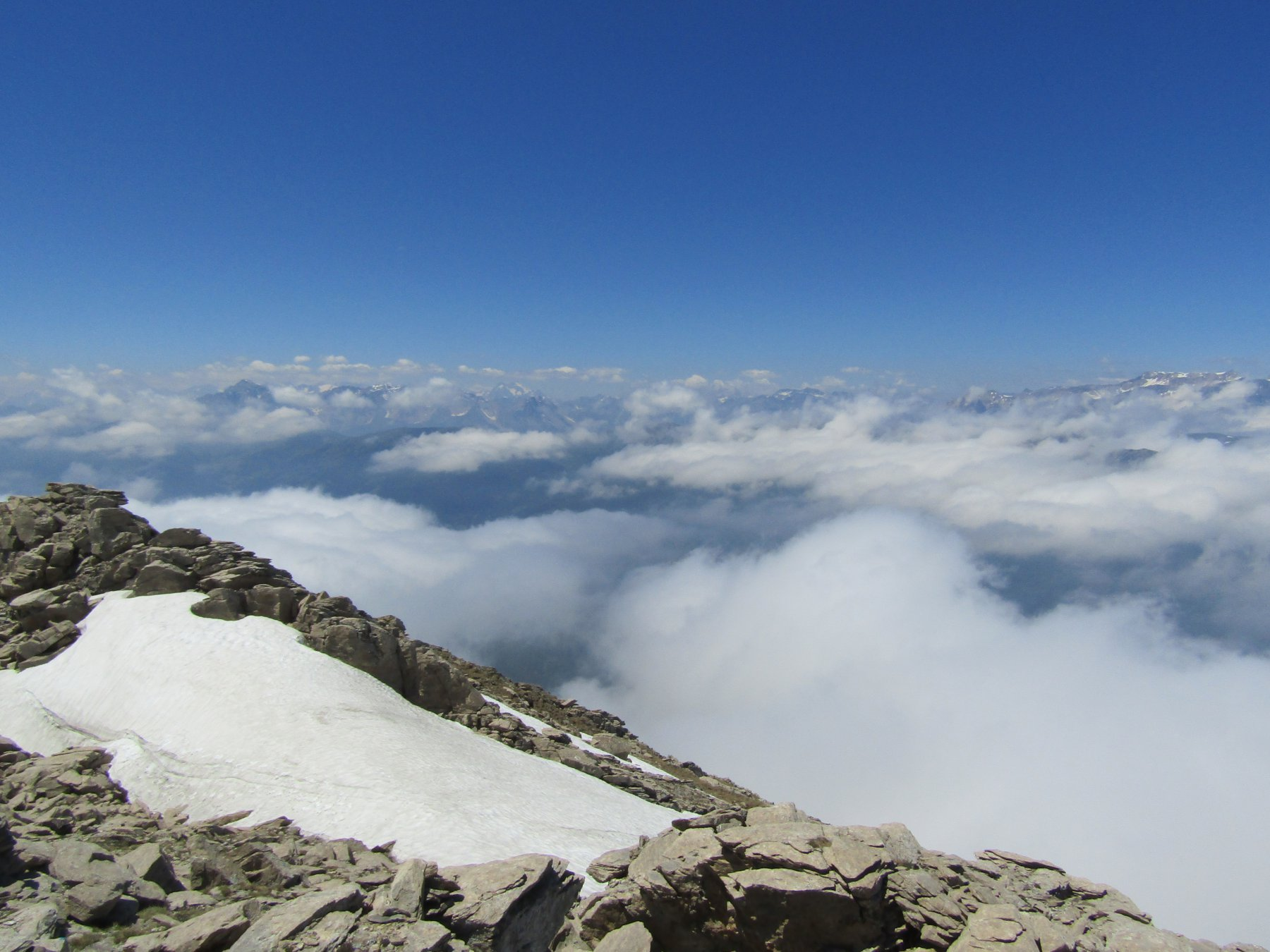 Un mare di nebbia da cui spuntano splendide cime