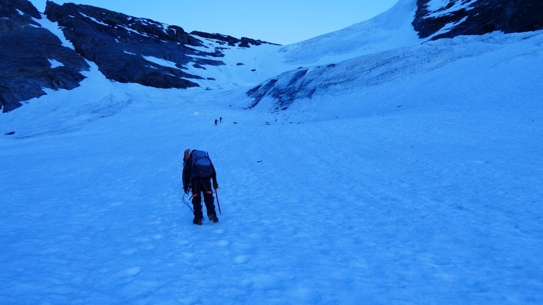 salendo verso il tratto più ripido del ghiacciaio