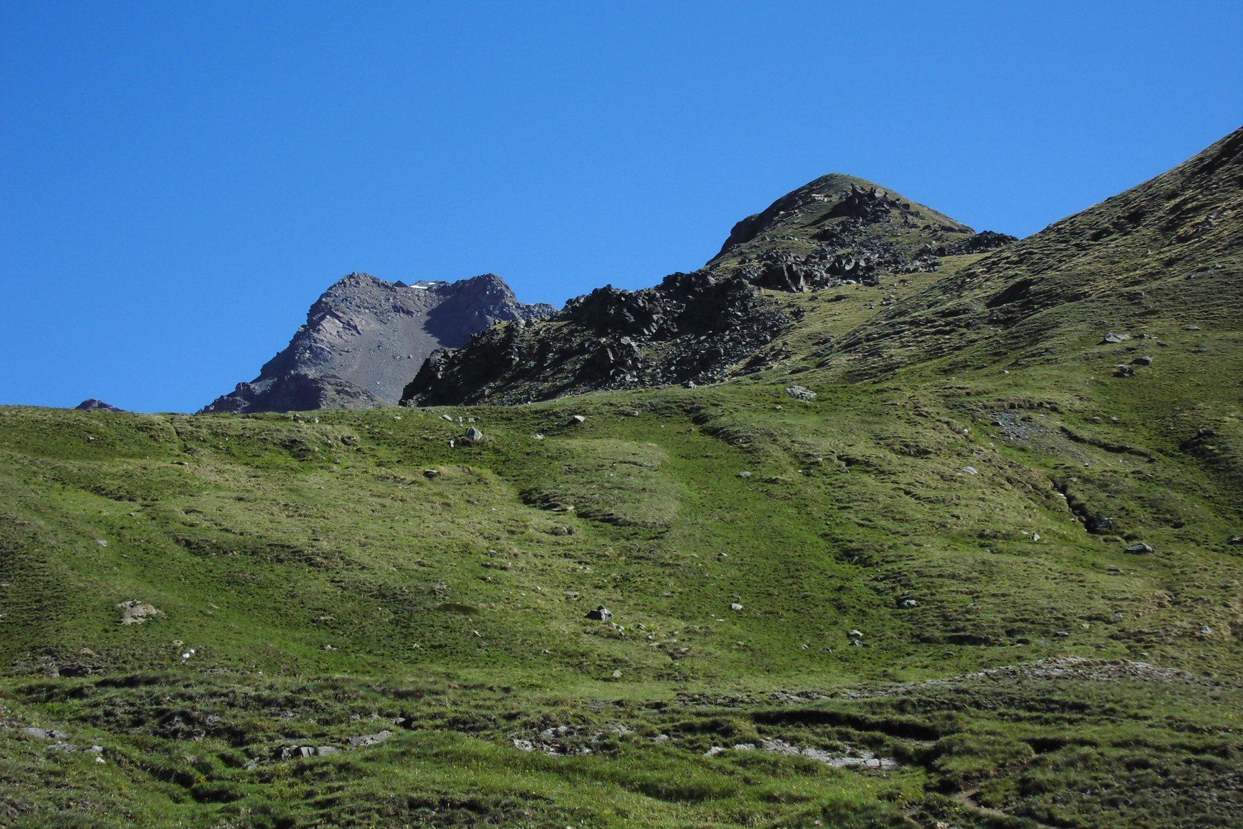 Da poco prima degli Alpeggi Grauson Noveau il dosso erboso da superare per l'accesso diretto al colle Vallonet