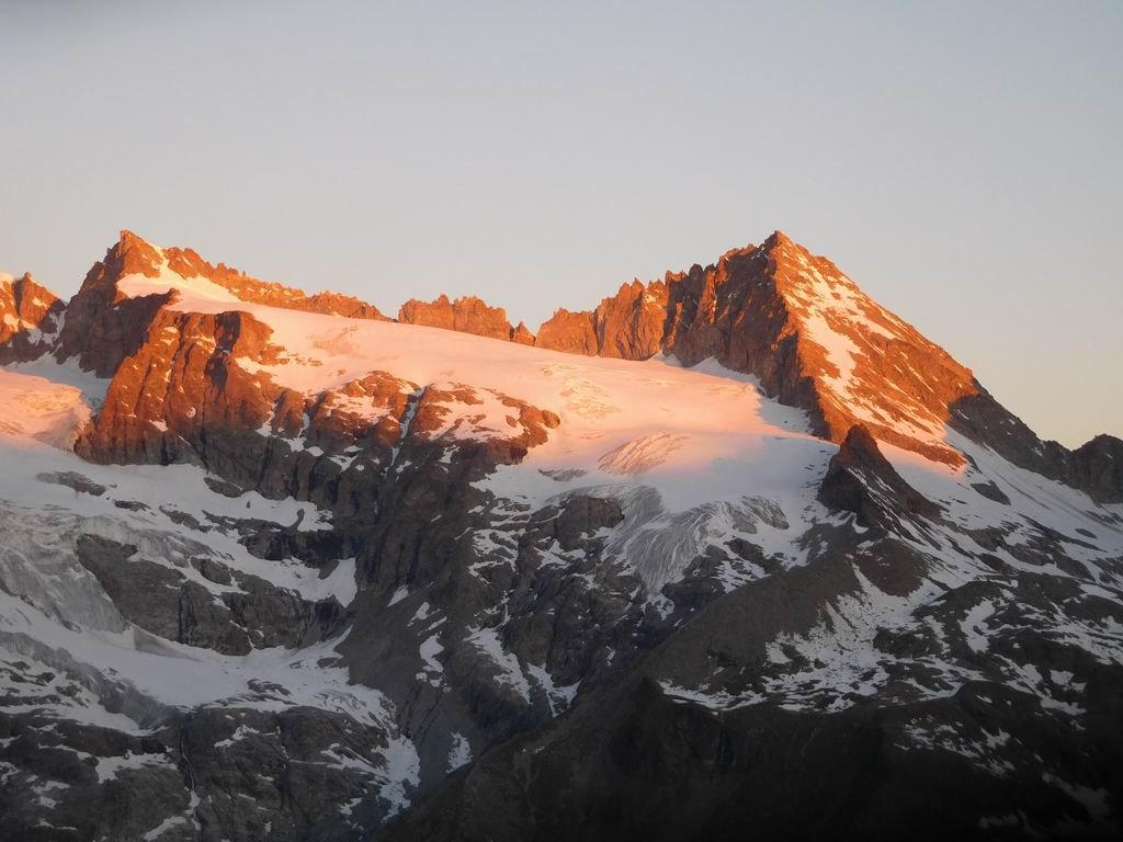 Dal Bivacco, alba sulla Becca di Montandaynè (a sx) e sull'Herbetet