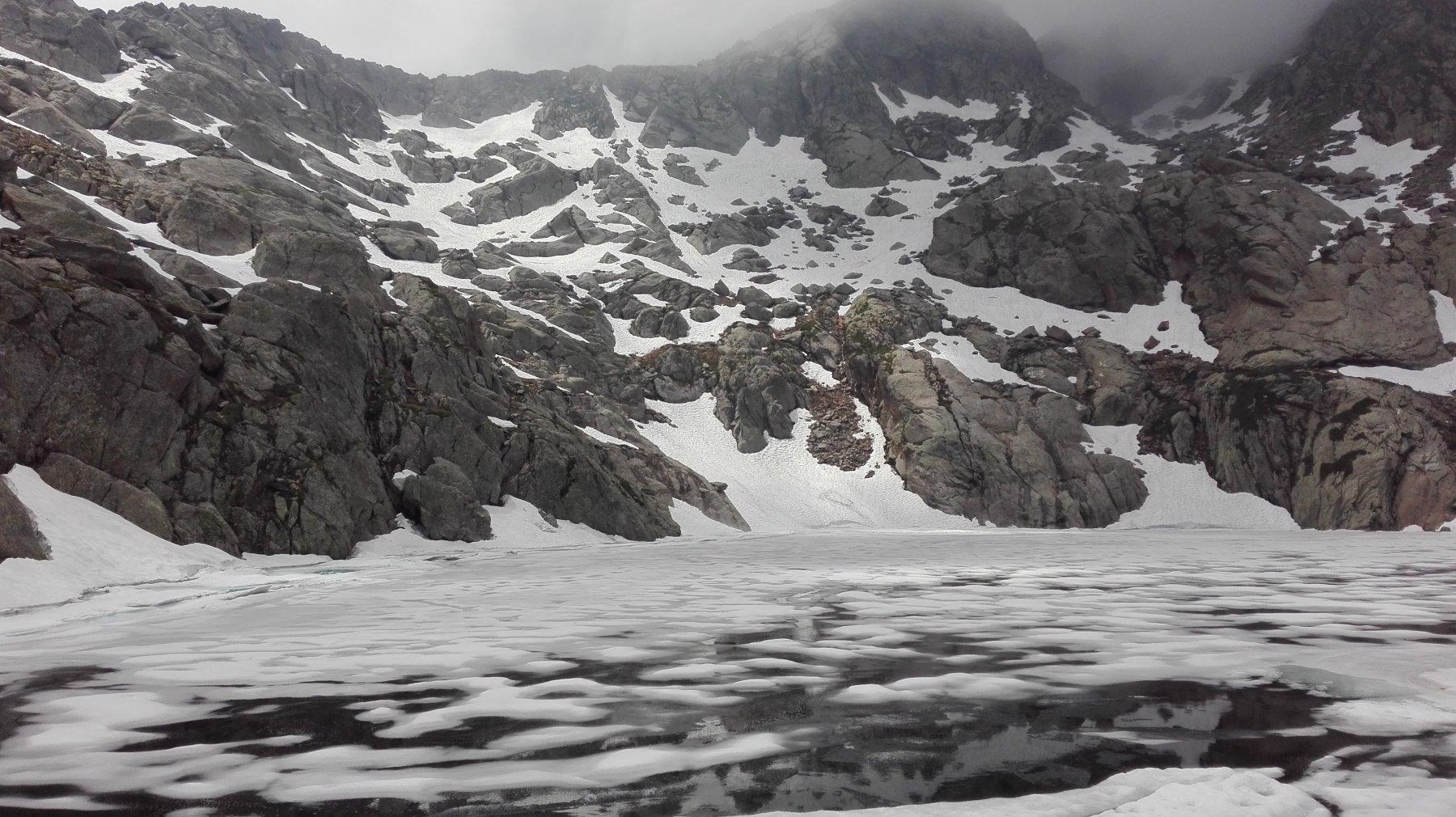 Lago Liamau parzialmente ghiacciato