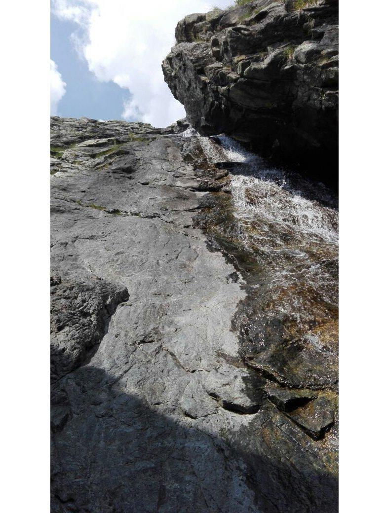 La lunga placca della cascata