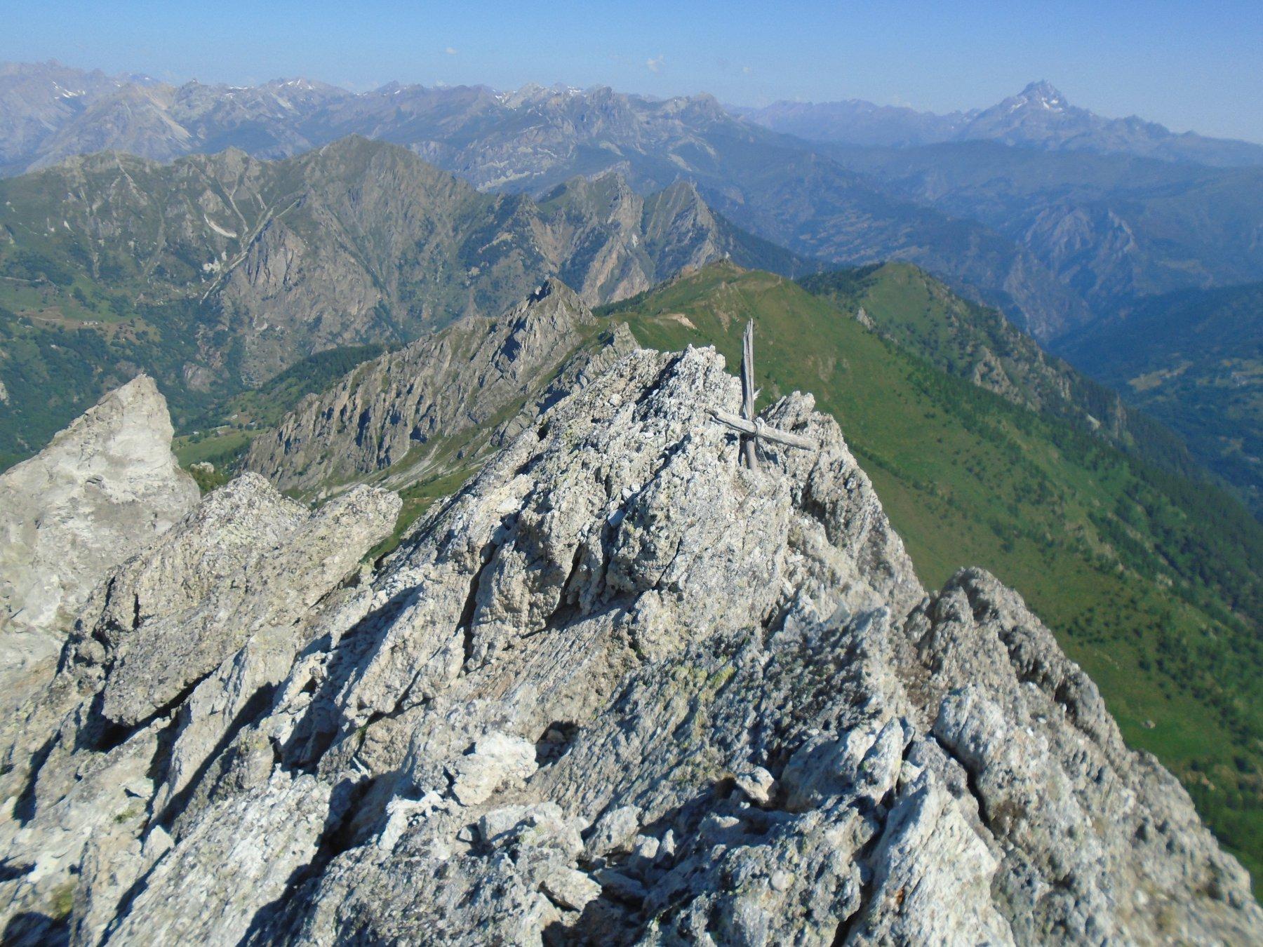 La rustica croce della vicina punta nord-ovest