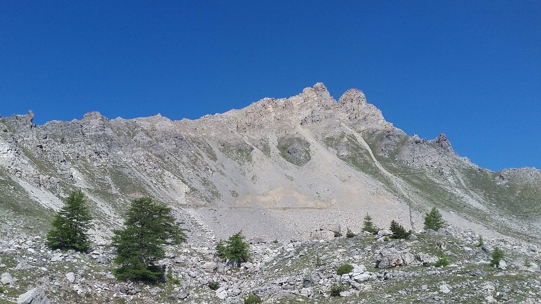 a sinistra la facile cresta percorsa in salita al centro il sentiero della normale