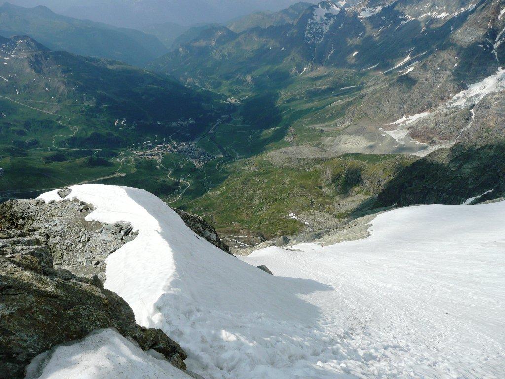 Nevai sopra il rifugio visti da quota 3500 m e conca di Cervinia.