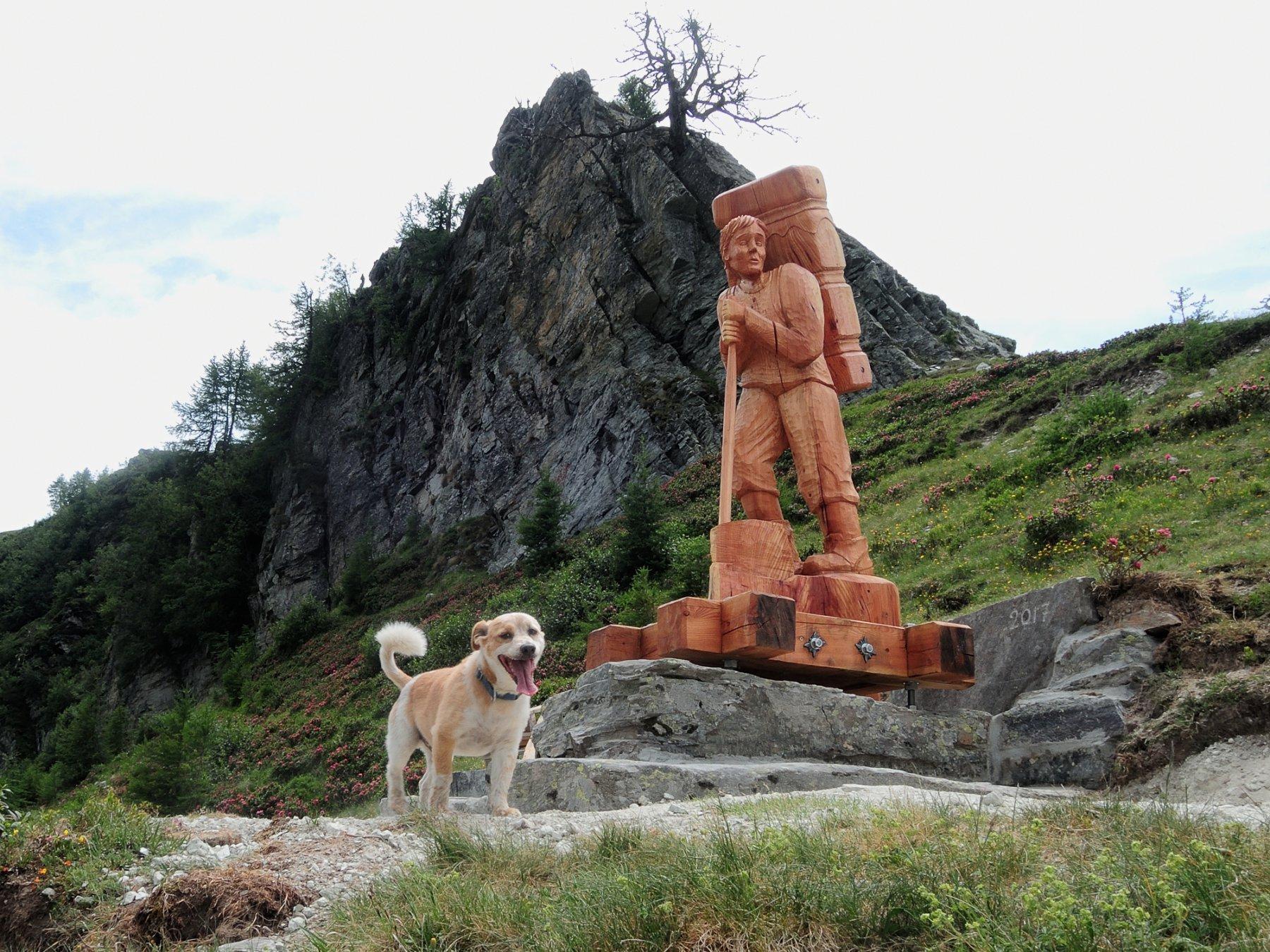 Toby e la nuova scultura lignea alla Bocchetta di Muino