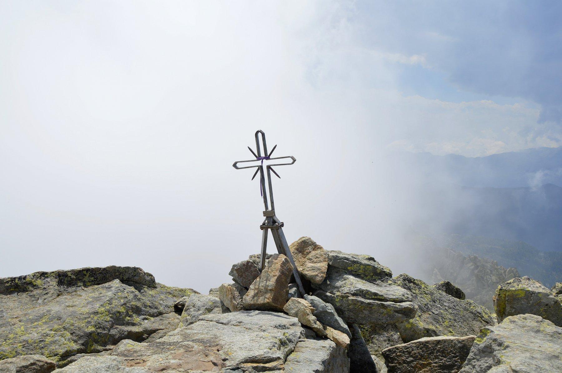 La piccola croce di vetta mentre sul versante biellese irrompono le nubi