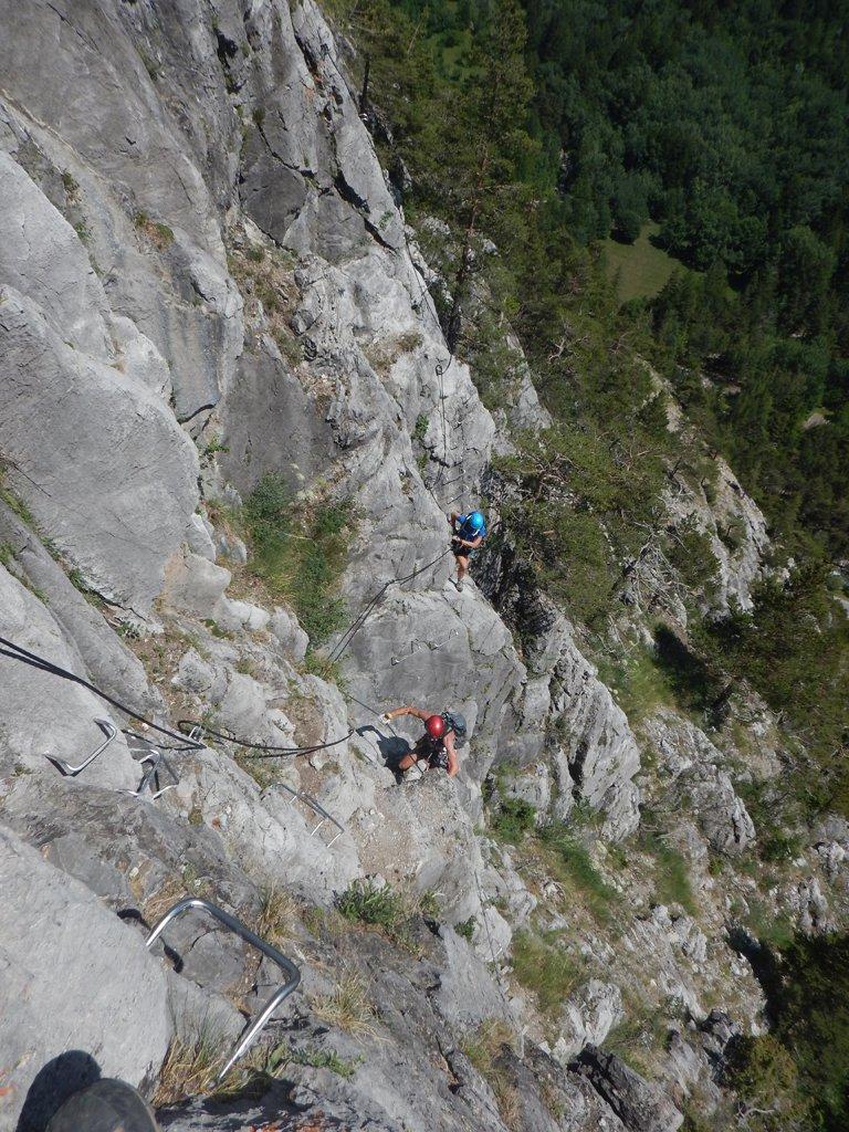 Coppia di francesi in salita verso la grotta