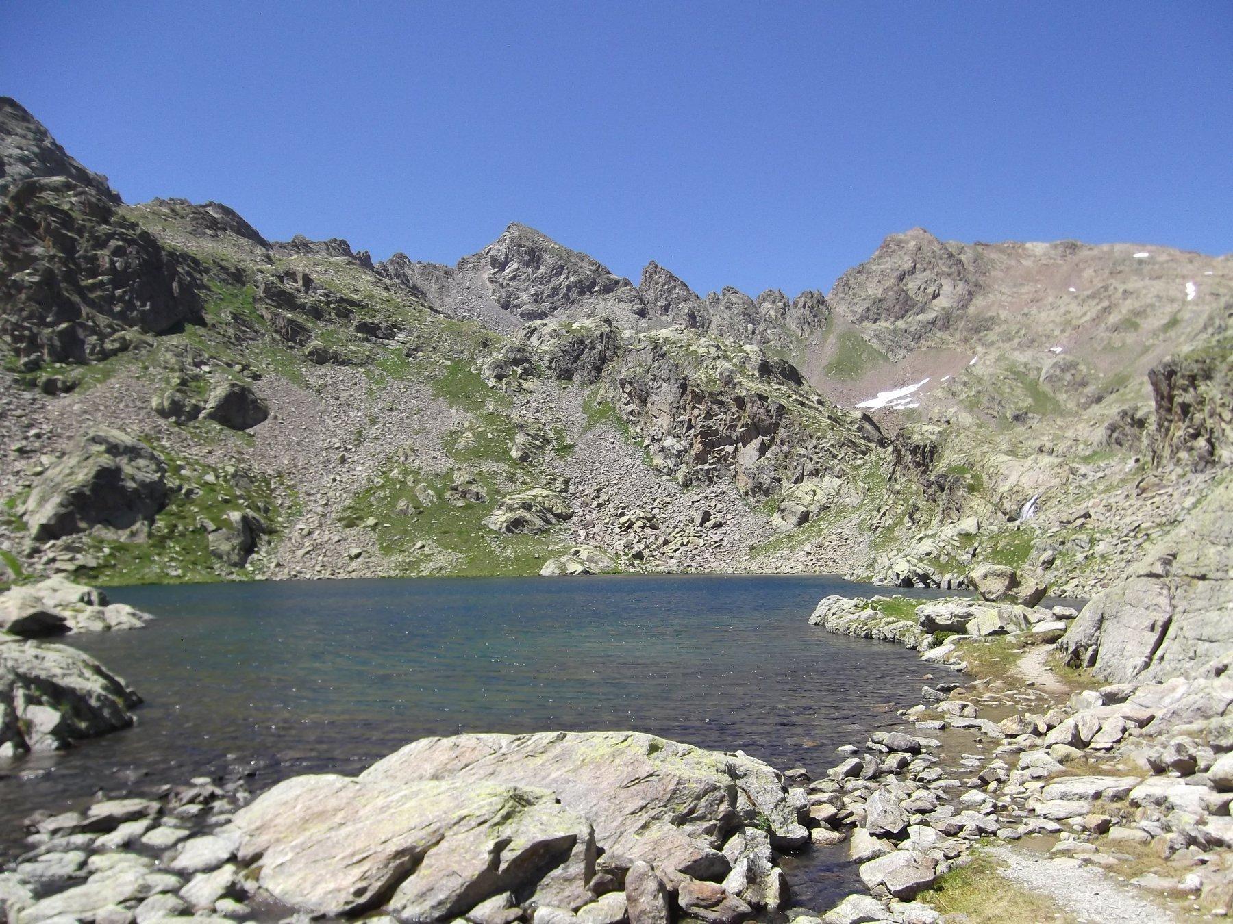 Lago Lausfer inferiore con a dx la Punta Gioffredo.