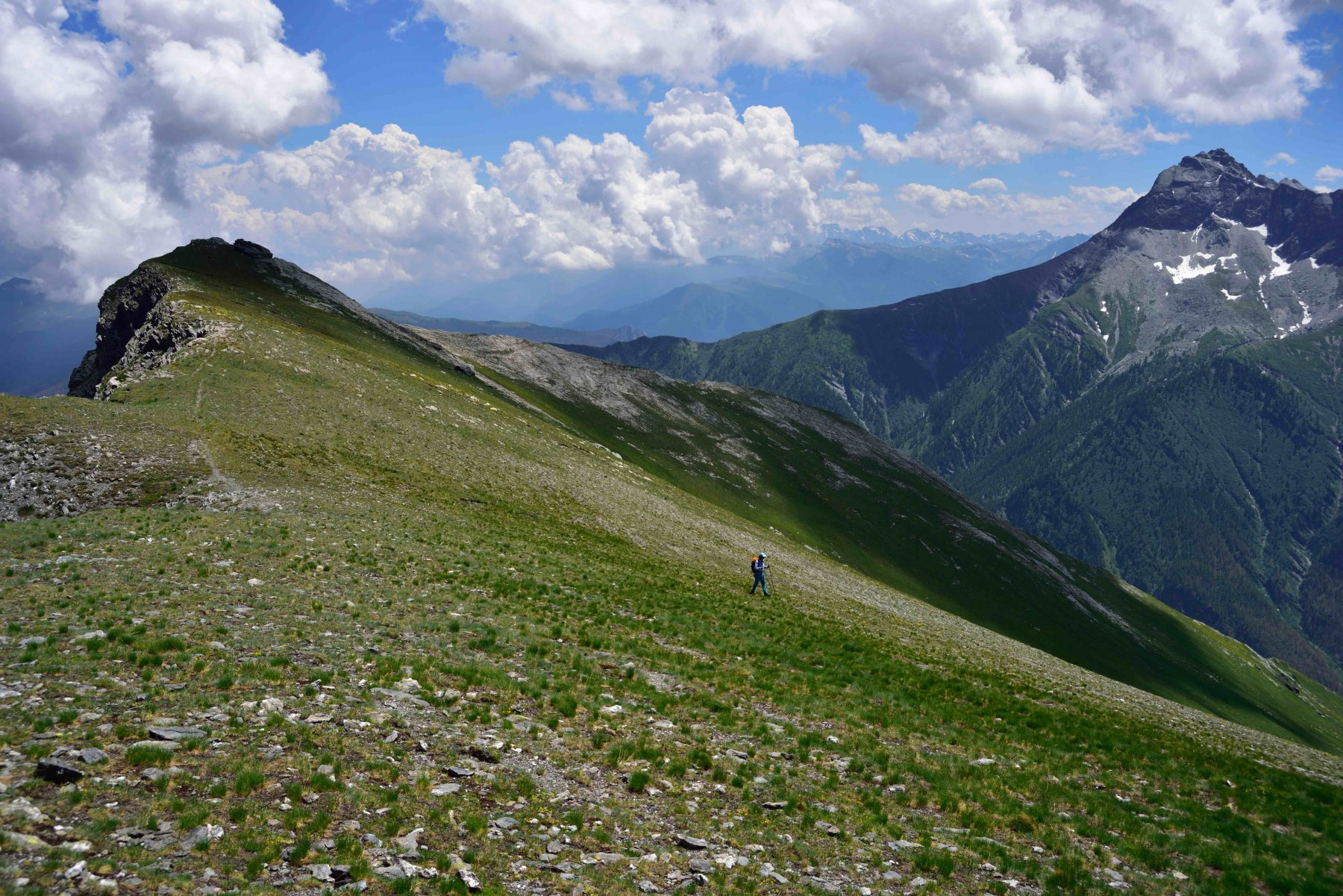 Il M.Pietralunga e il Pelvo d'Elva visti dalla cresta verso il Colle del Bondormir