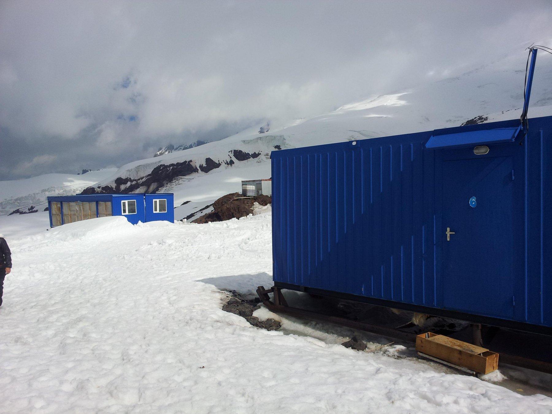 Container dormitorio (dx), container mensa doppio (sx) e...cesso argenteo al centro