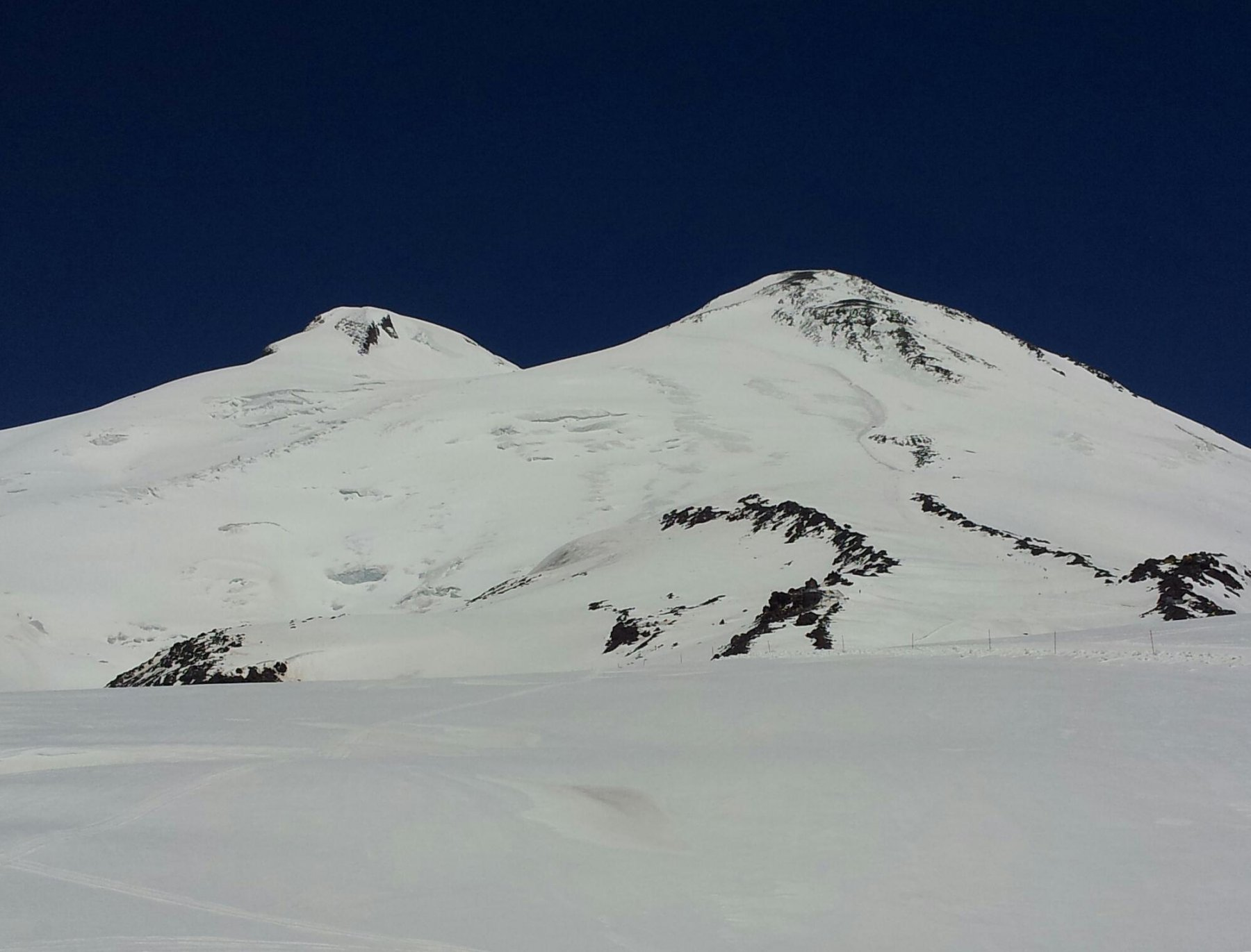 Sua Immensità l'Elbrus. Il tetto d'Europa. La cima a sinistra è la Ovest ed la più alta (5642 m)