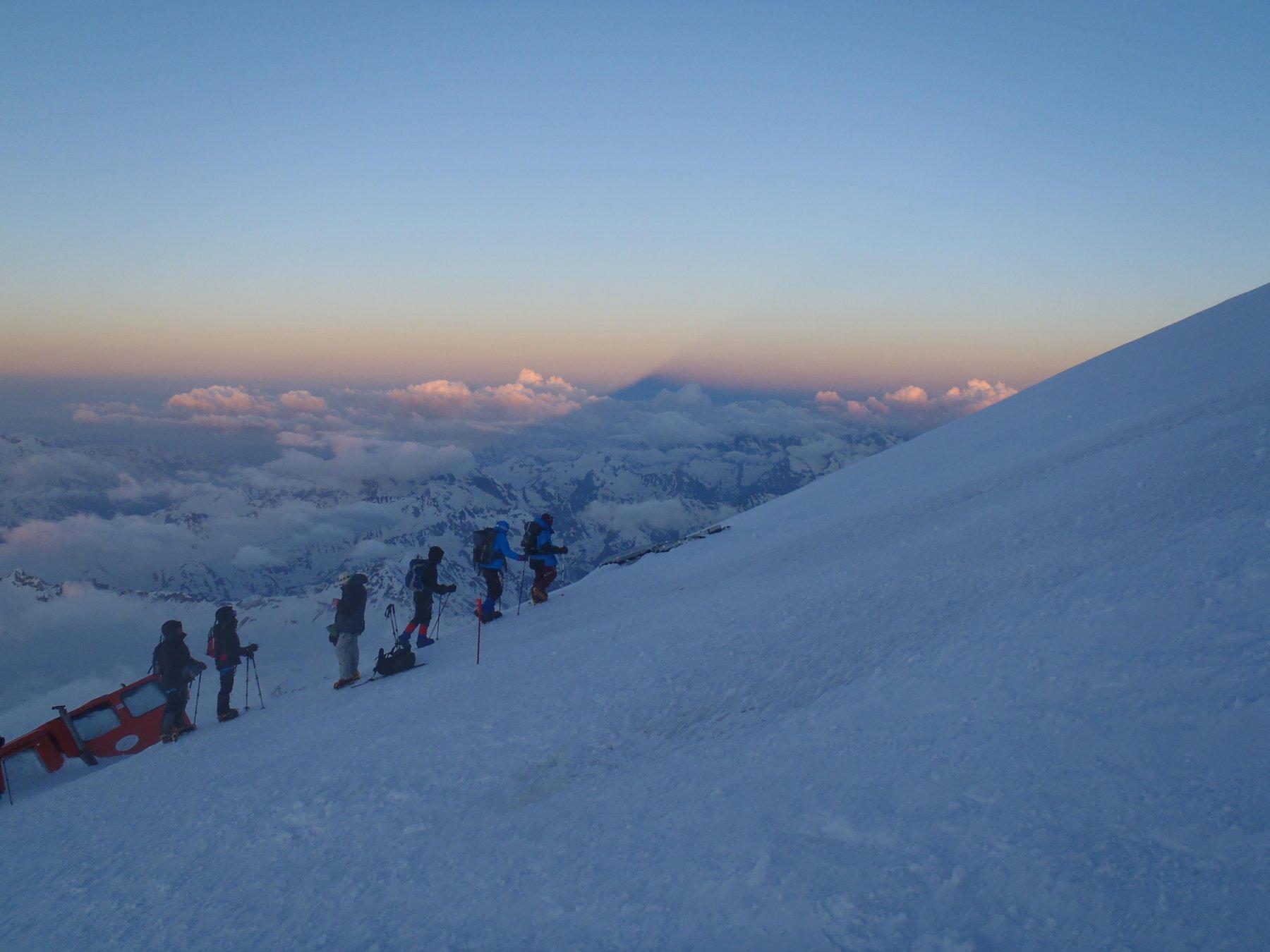 Albeggia intorno a quota 5000 e l'ombra della montagna si staglia sulla valle
