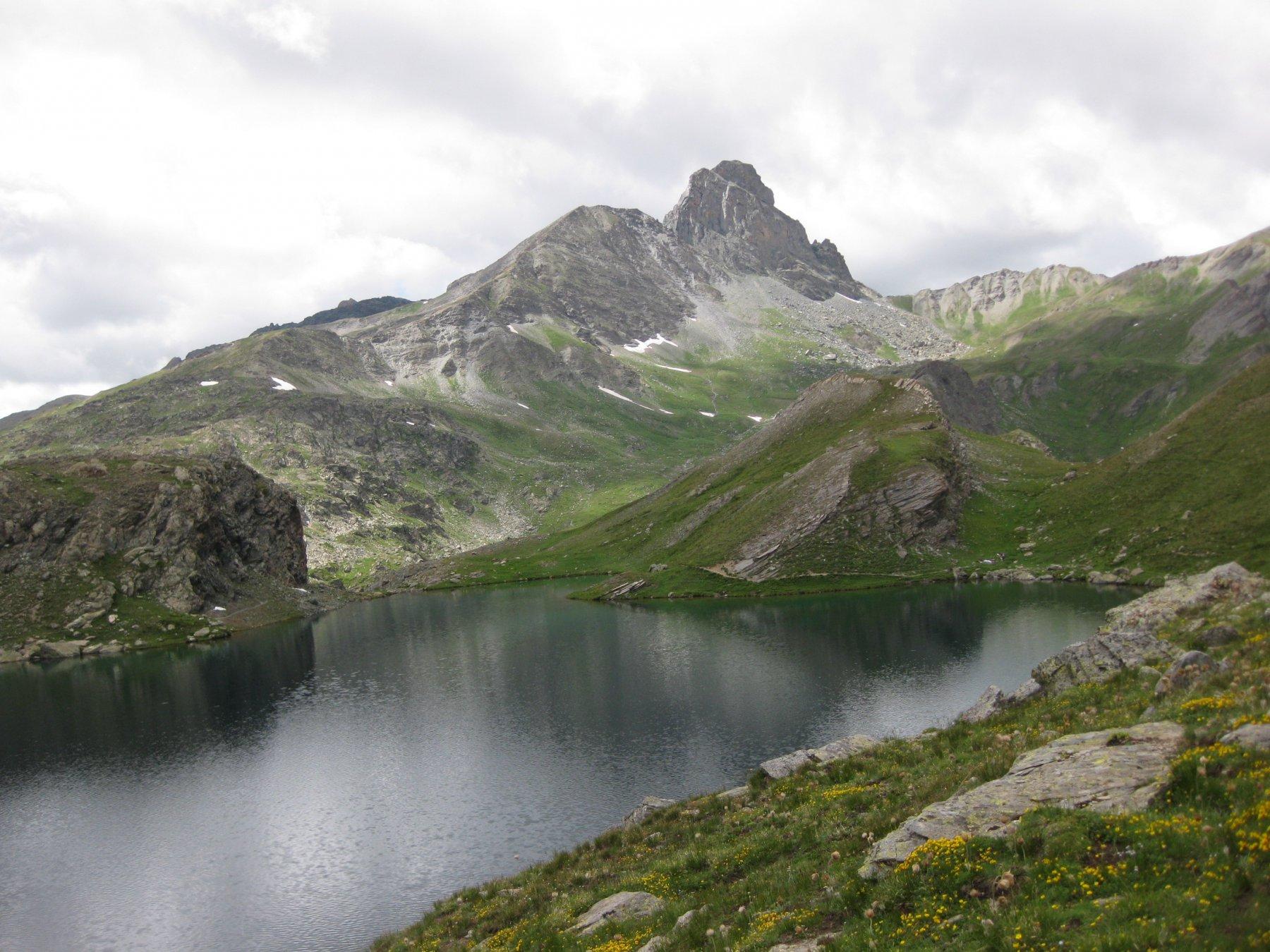 laghi blu sullo sfondo la rocca la niera