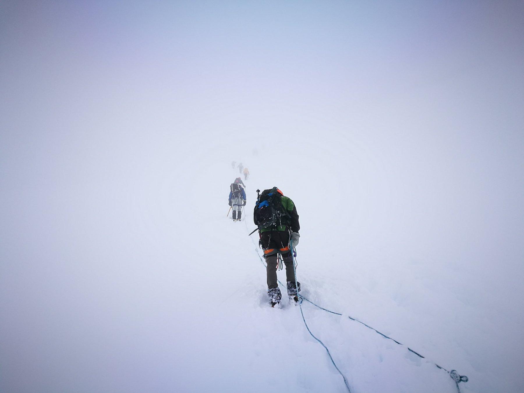 03 - cordate sul ghiacciaio nella nebbia