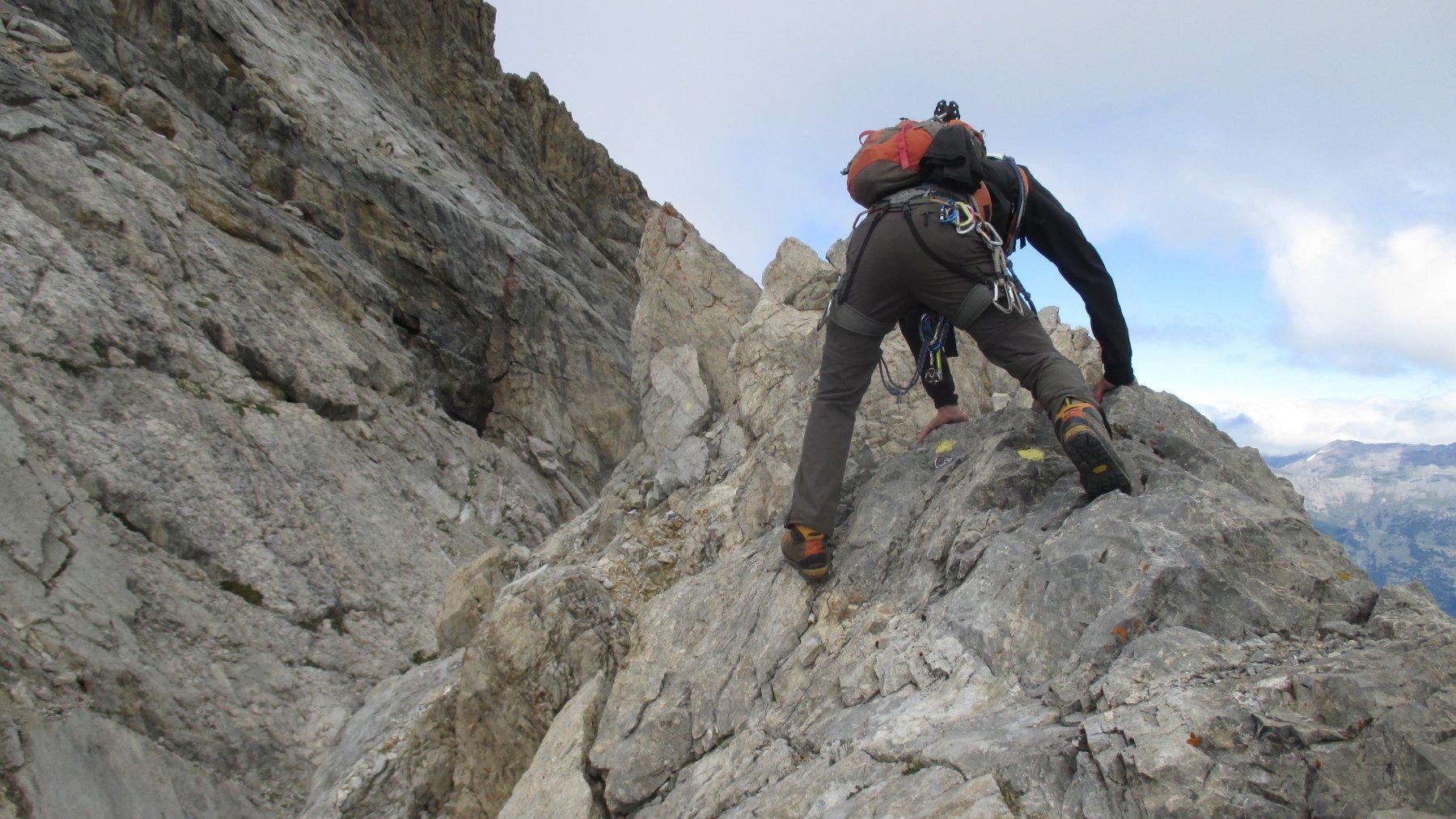 In cresta prima della placca finale che si vede in alto a sx.