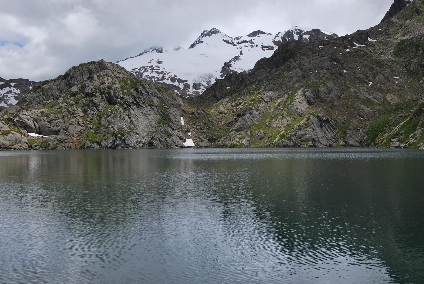 Scorcio da cartolina: Lac du Fond e Doravidi con nuvolosità in diradamento
