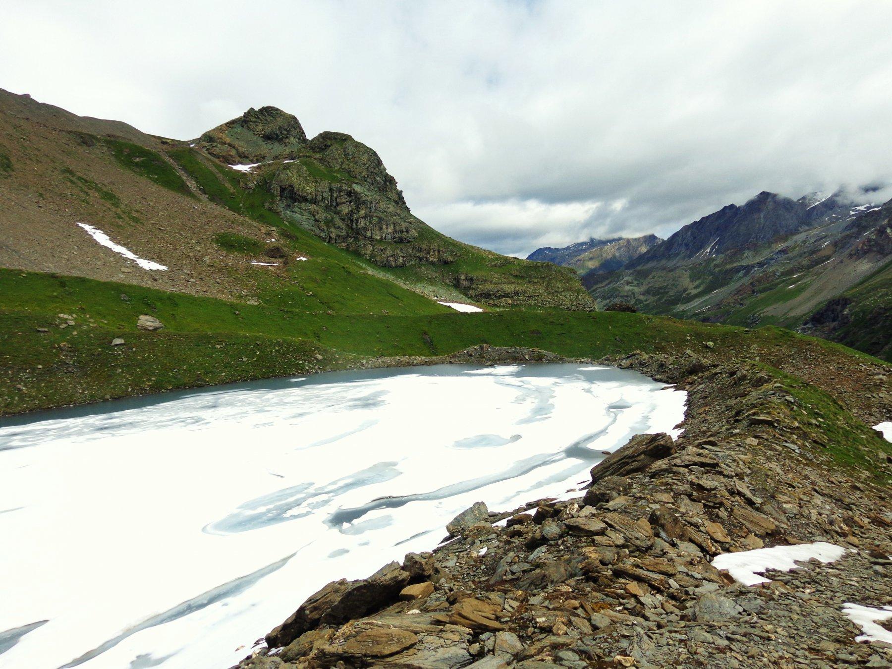 Il lago ancora congelato in parte