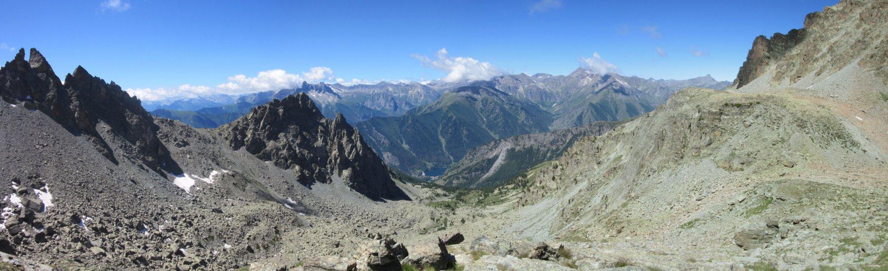 Panorama verso valle laggiù il lago di Pontechianale dove sono partito