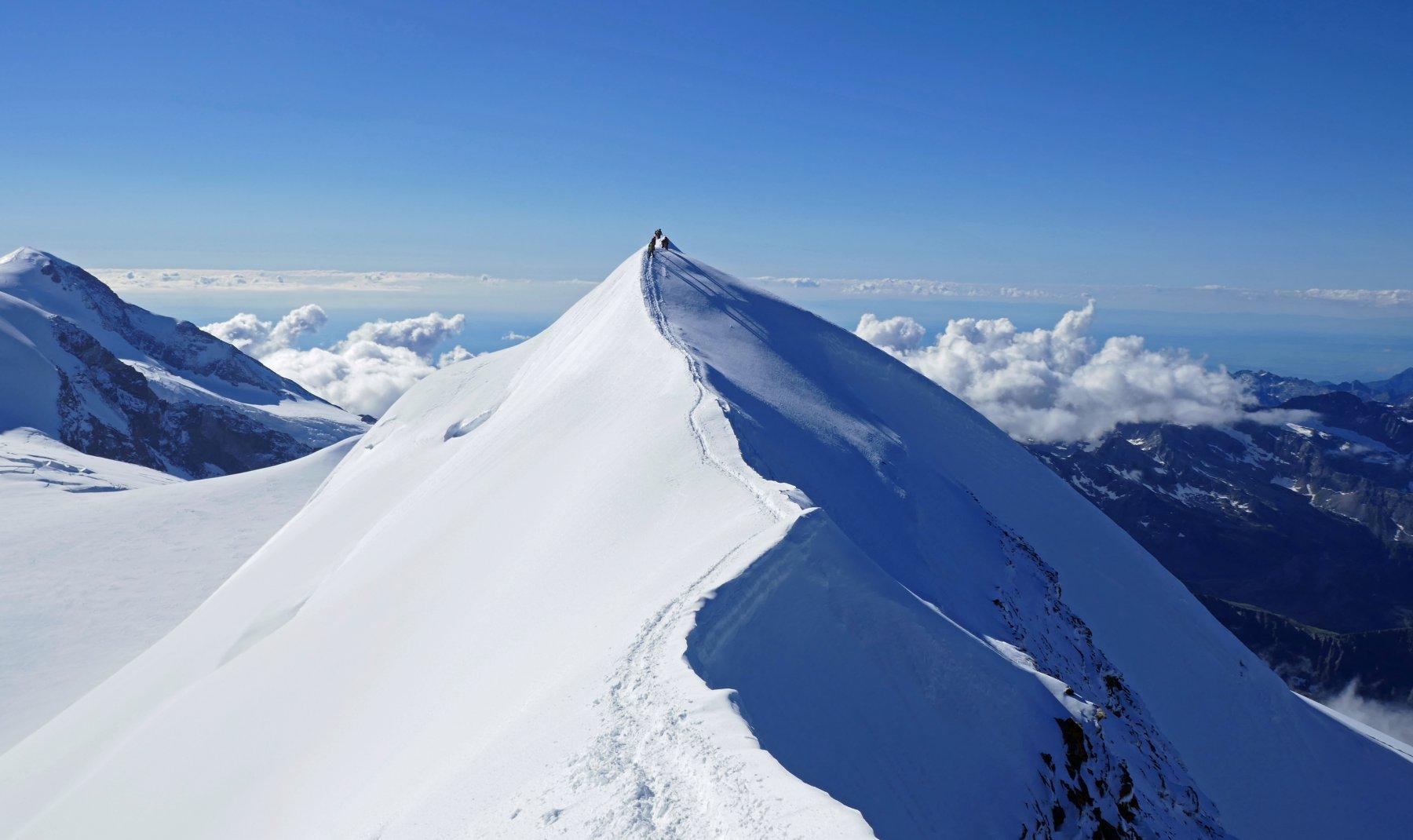 Cordate in discesa lungo l' esile cresta nevosa