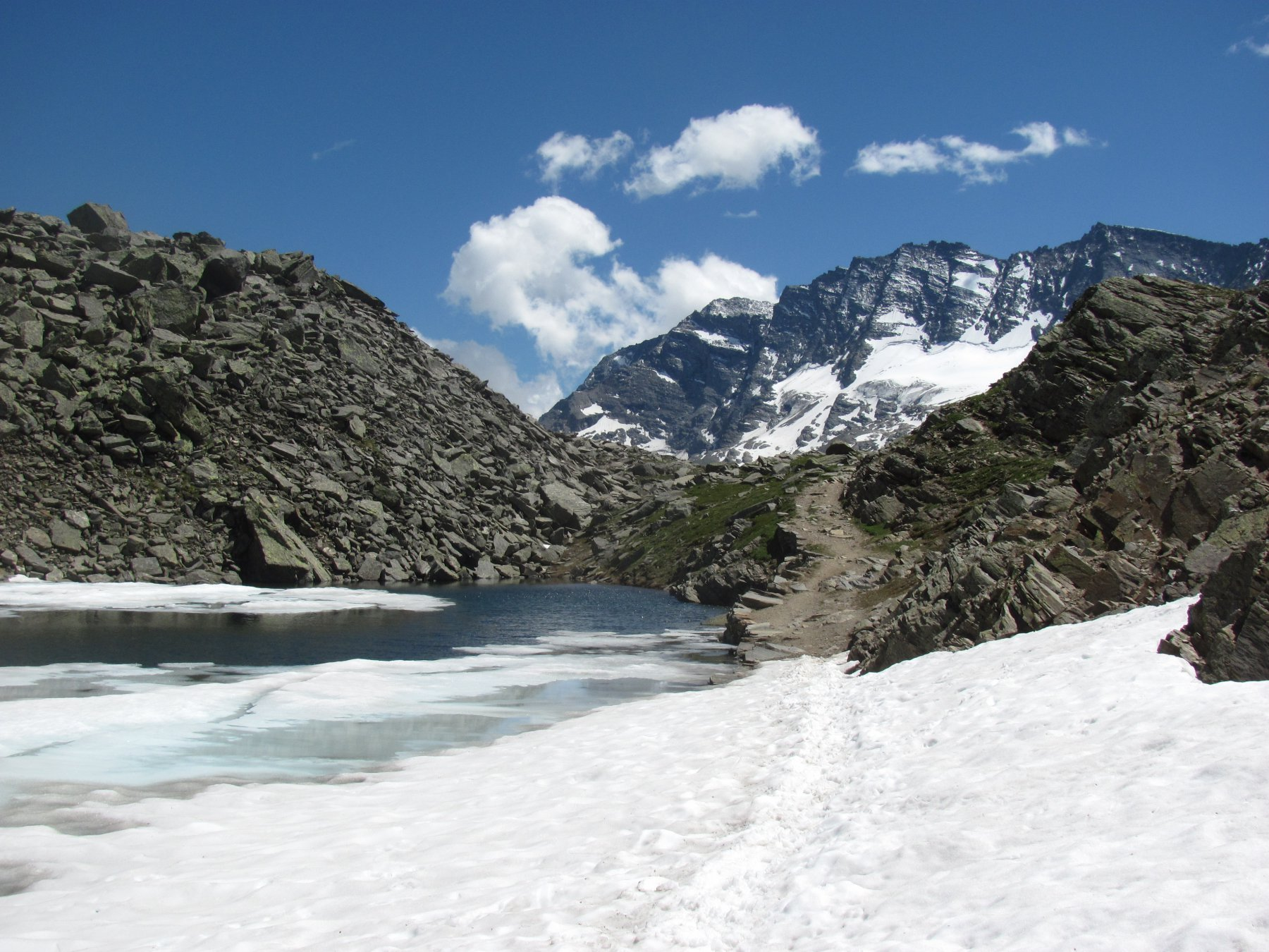 Il Lago Losere superiore parzialmente ghiacciato; sfondo Levanna occid.
