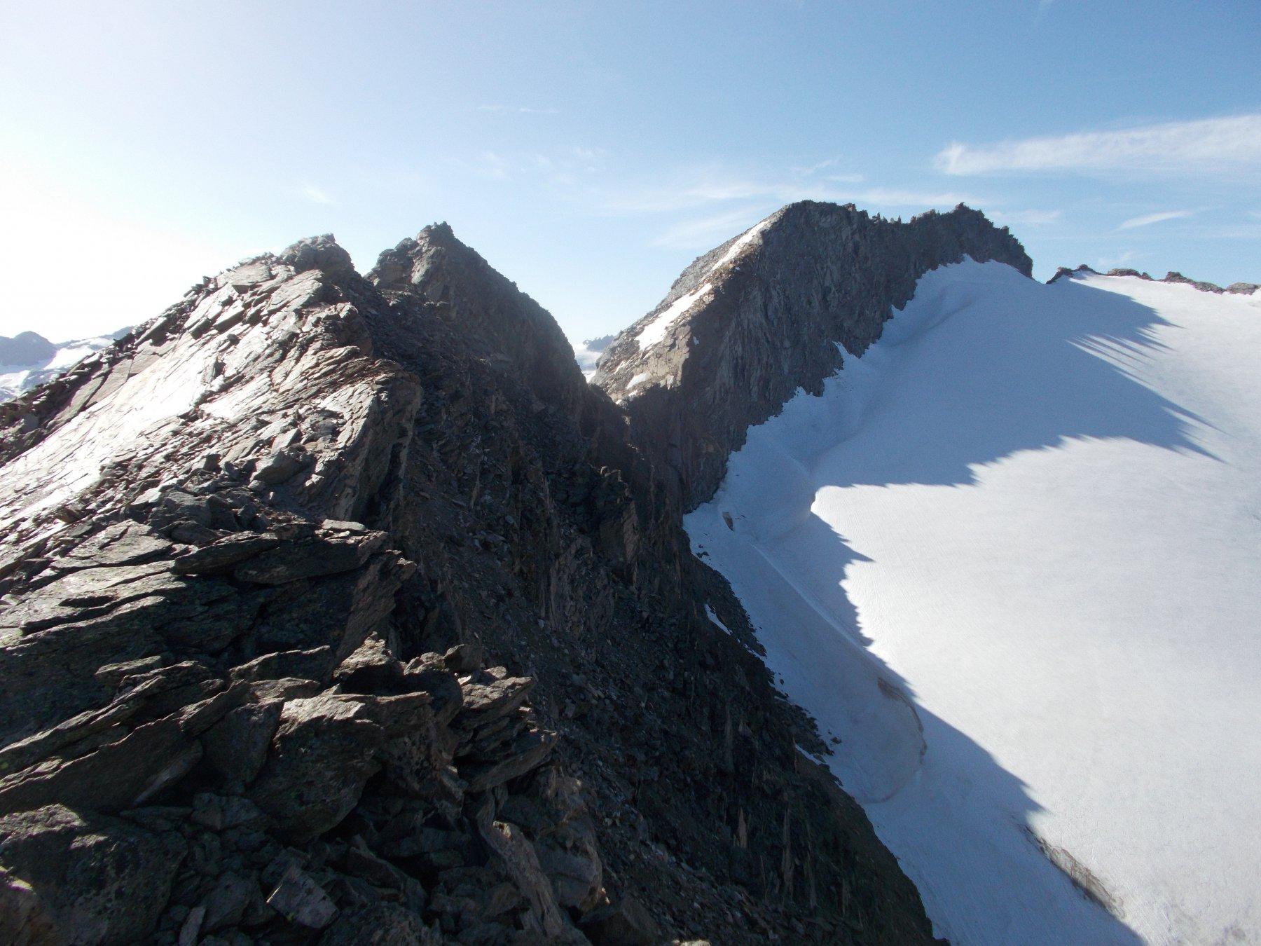 dalla q.3384m..uno sguardo alla cresta da attraversare..con al fondo il Gran Serraz..