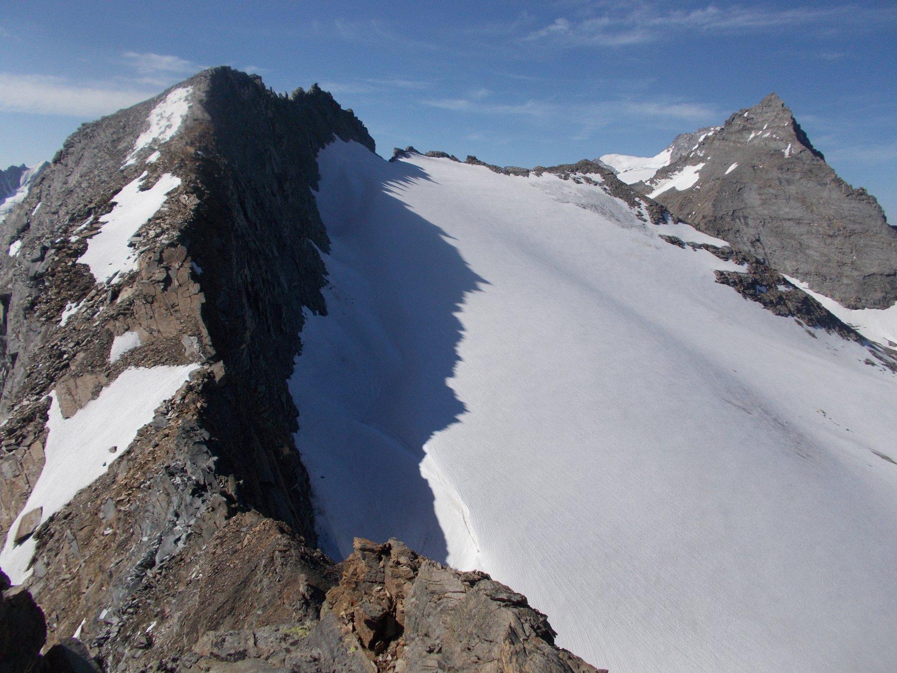 dalla vetta la cresta (pericolosa) di discesa..in alto a sx al sommo del ghiacciaio di Timorion..la Gran Serraz a dx piu' lontano l'Herbetet