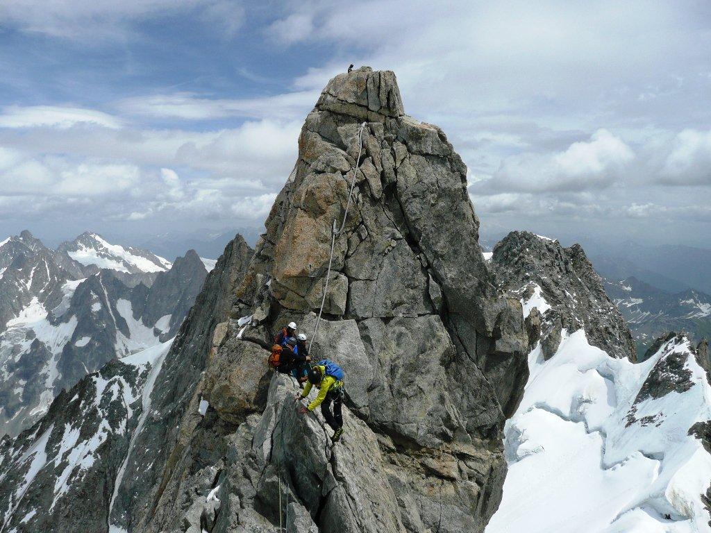 Sella tra le 2 cime e madonna di vetta dalla prima cima.