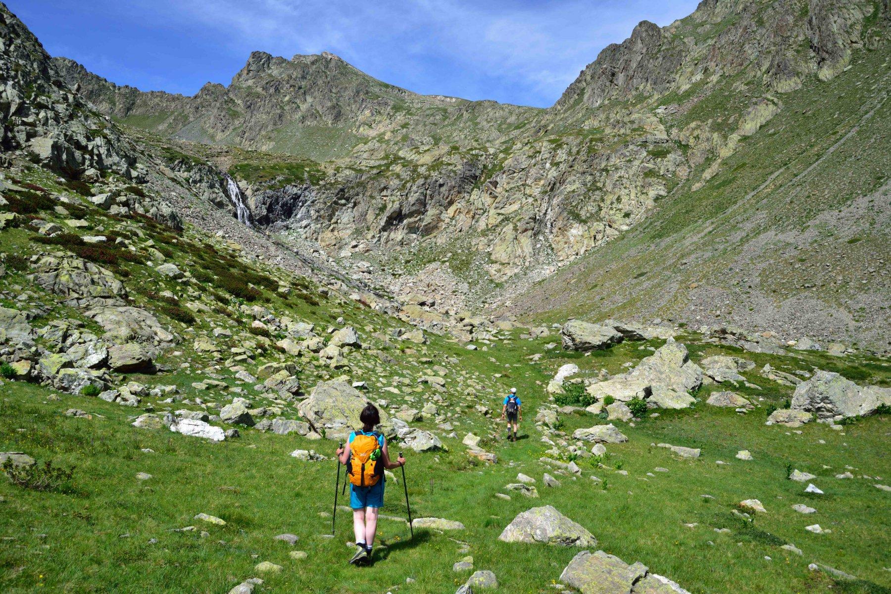 Il vallone di Panieris - In fondo il Colle omonimo e la Testa del Ferro